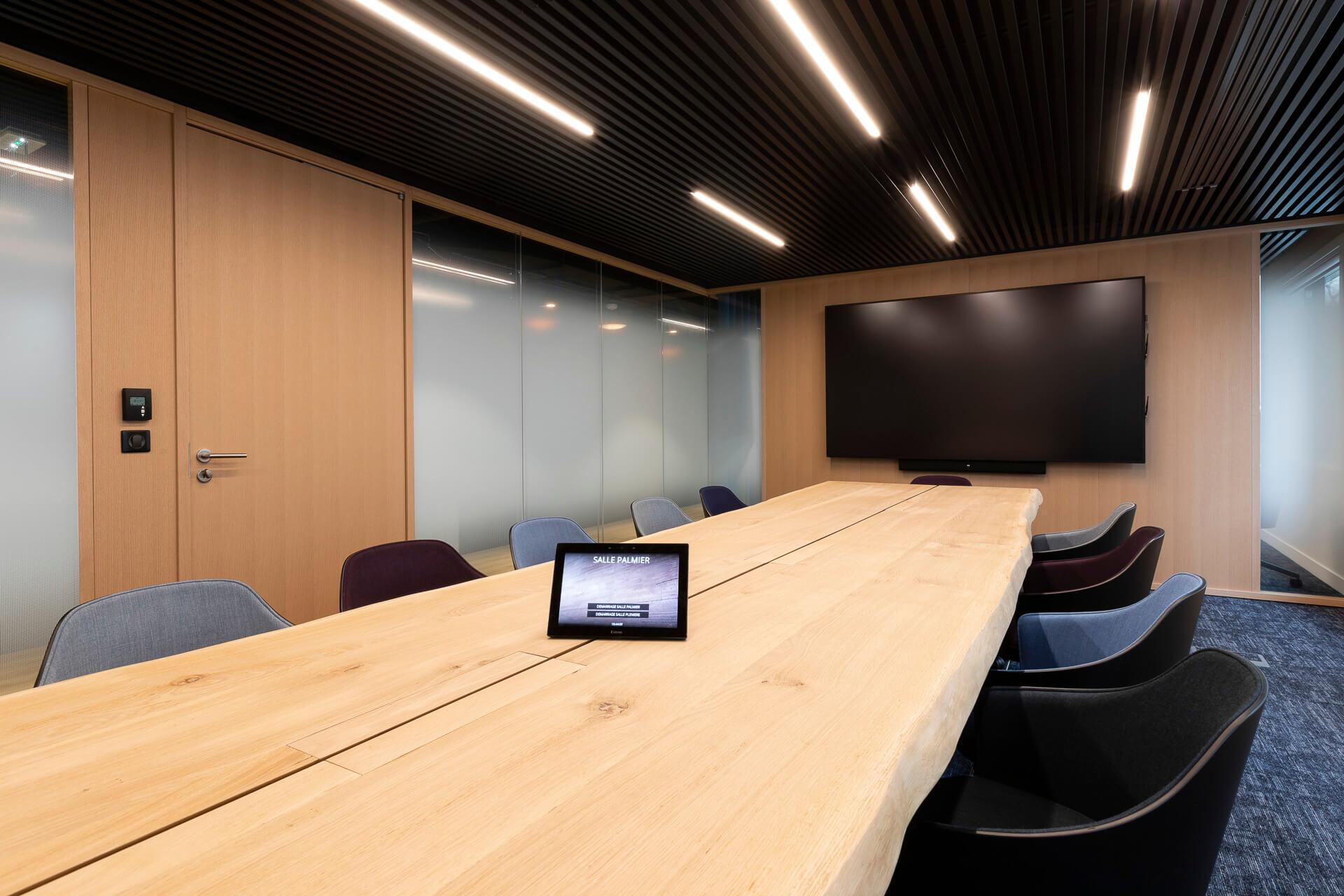 sala de reuniões em centro de negócios com mesa em madeira