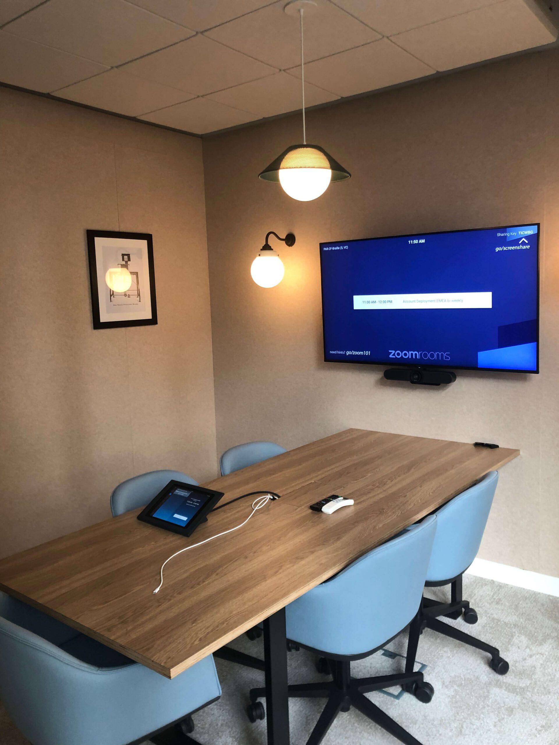 pequena sala de reuniões com mesa em madeira