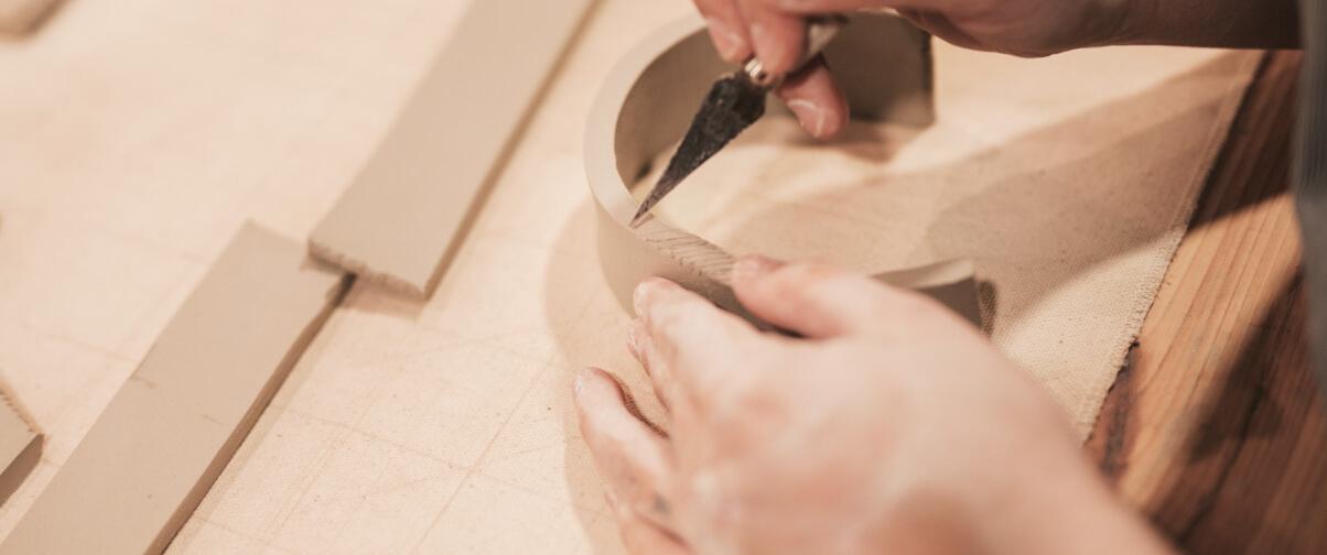 carpinteiro a trabalhar pedaço de madeira