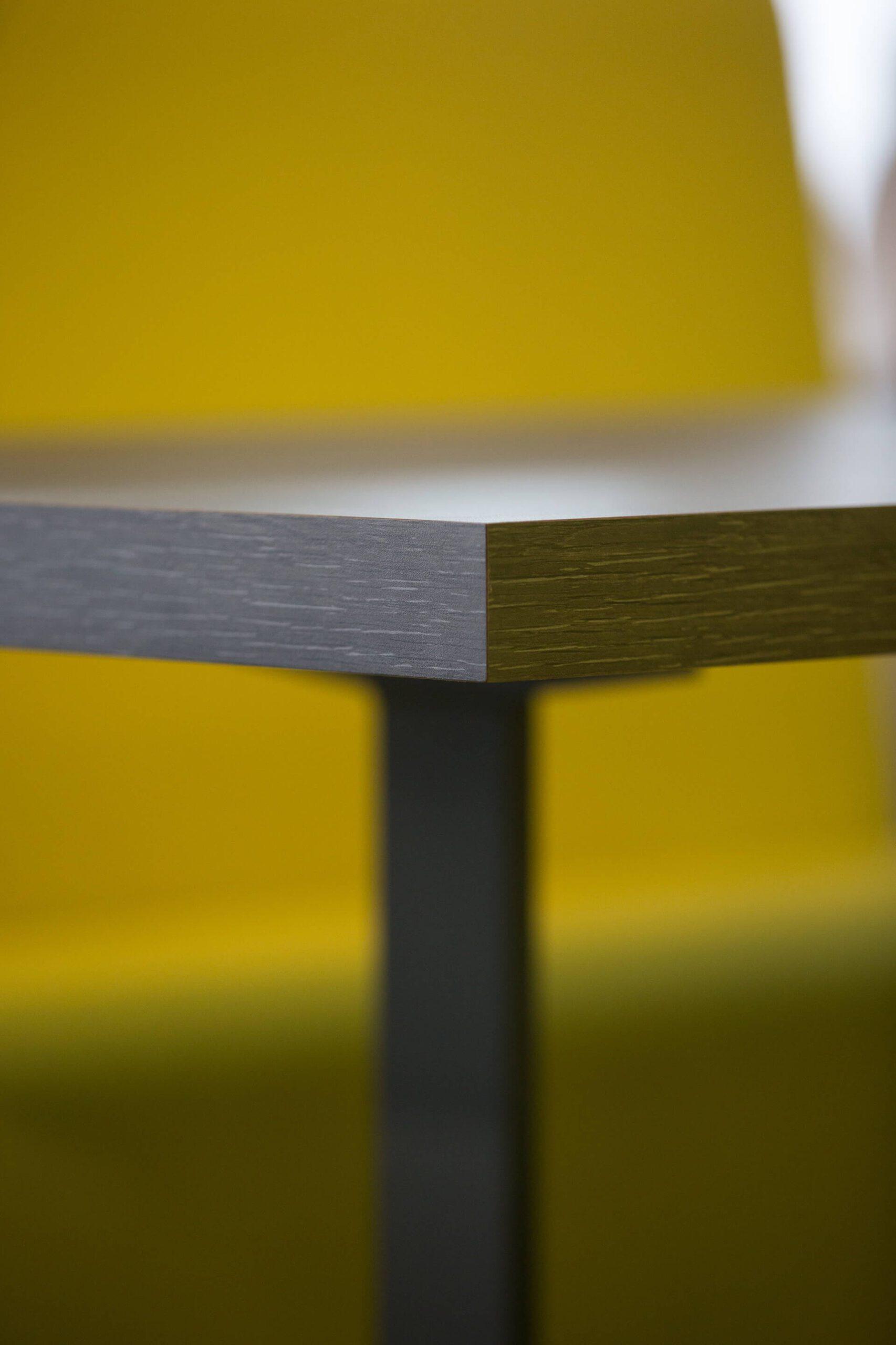 pormenor de aresta de mesa em madeira escura