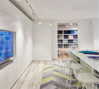 espaço de têxteis com sala preparada com mobiliário para apresentação de amostras