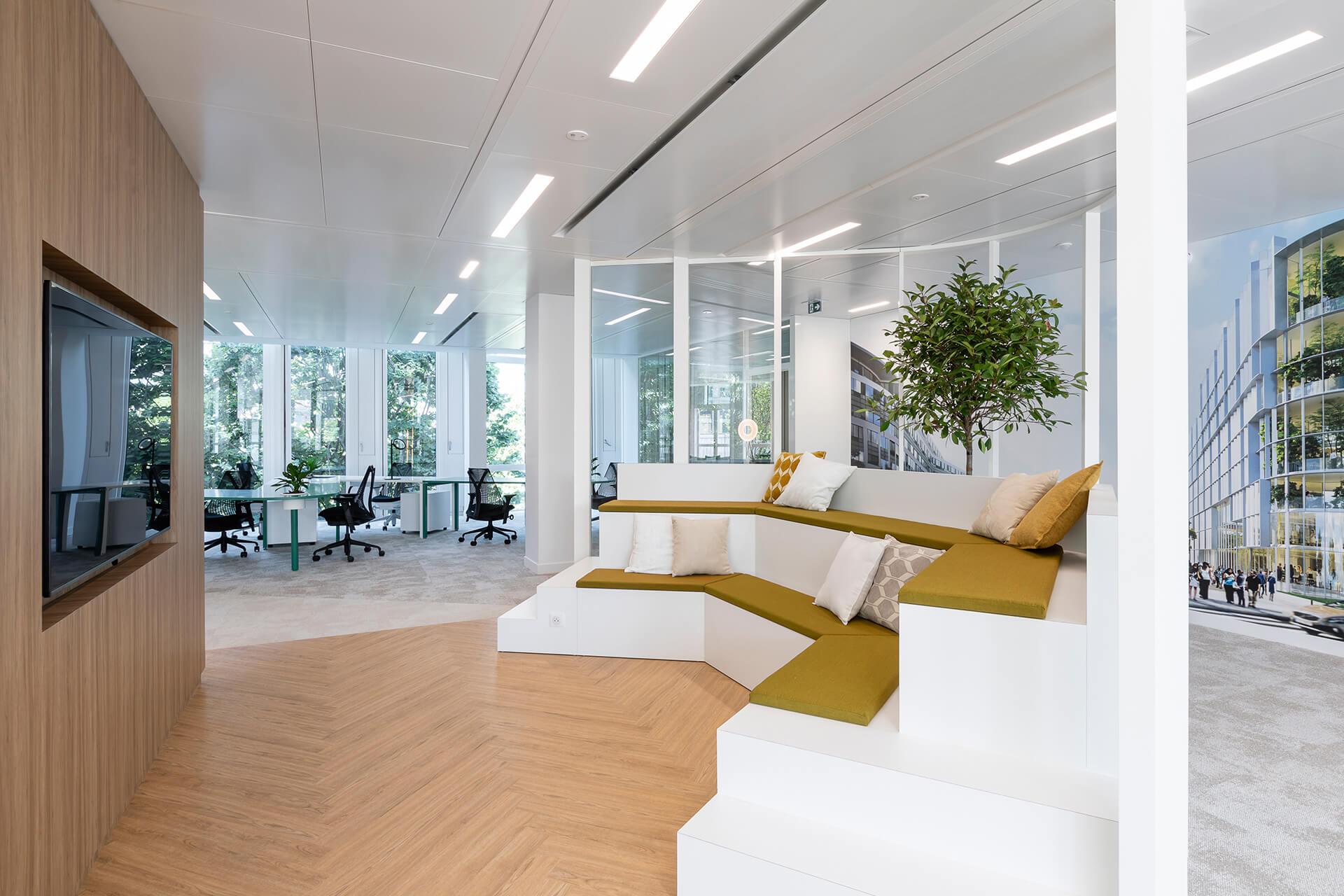 espaço lounge de centro de negócios com acabamentos em madeira de luxo