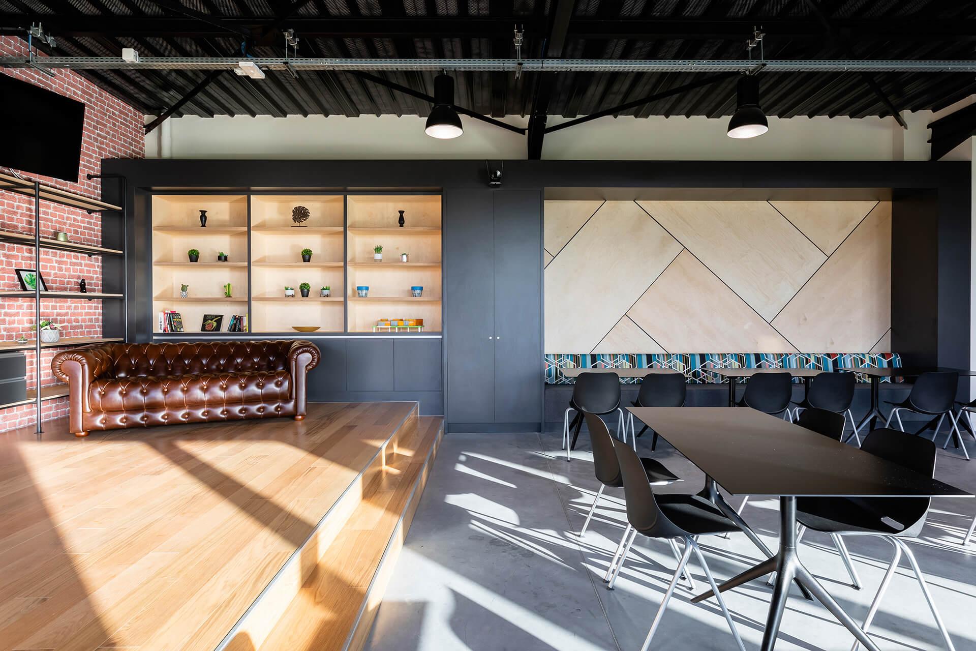 sala de reuniões de centro de negócios com sofá em pele, estantes e mobiliário em madeira de luxo