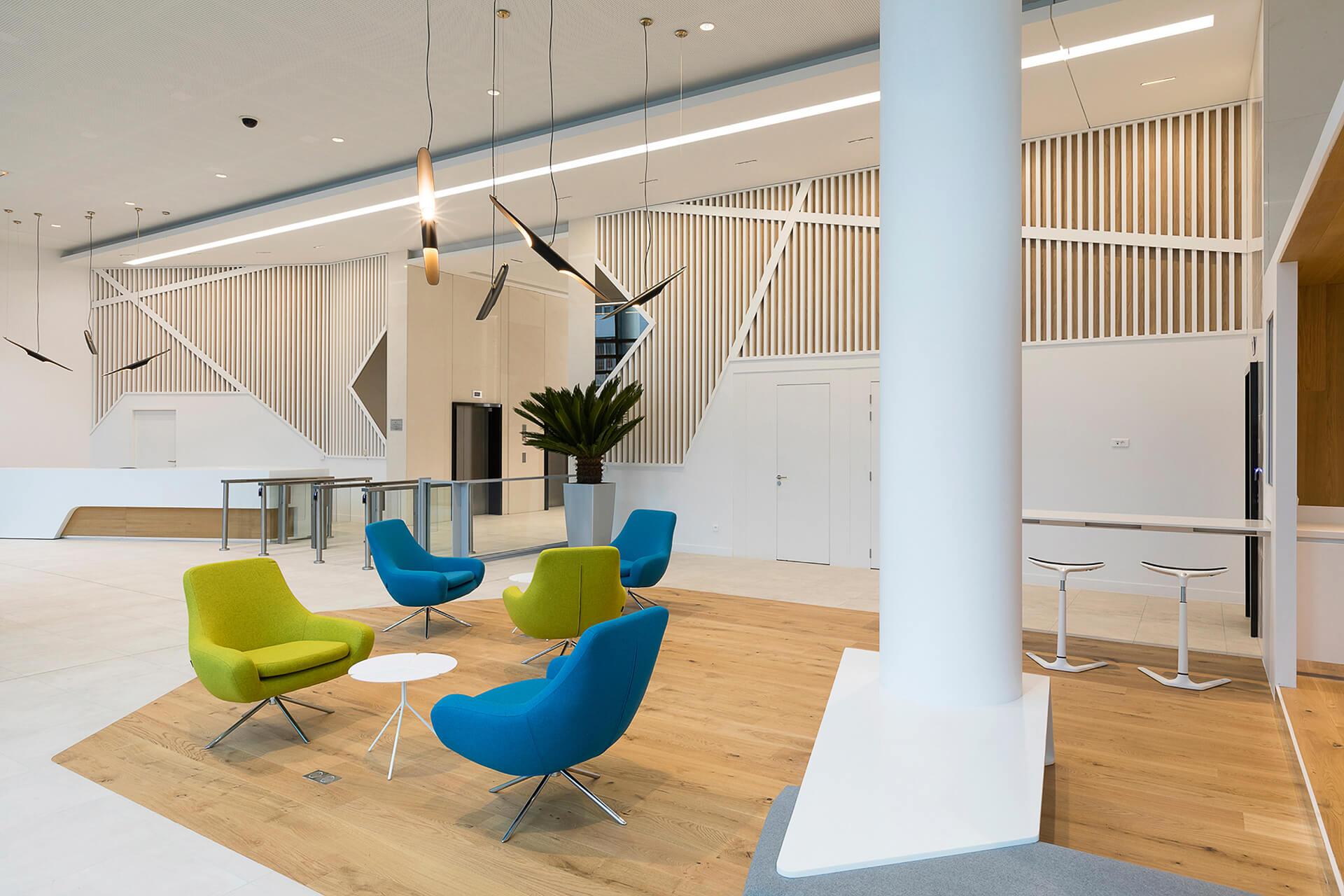 espaço lounge com decoração em madeira e soalho.