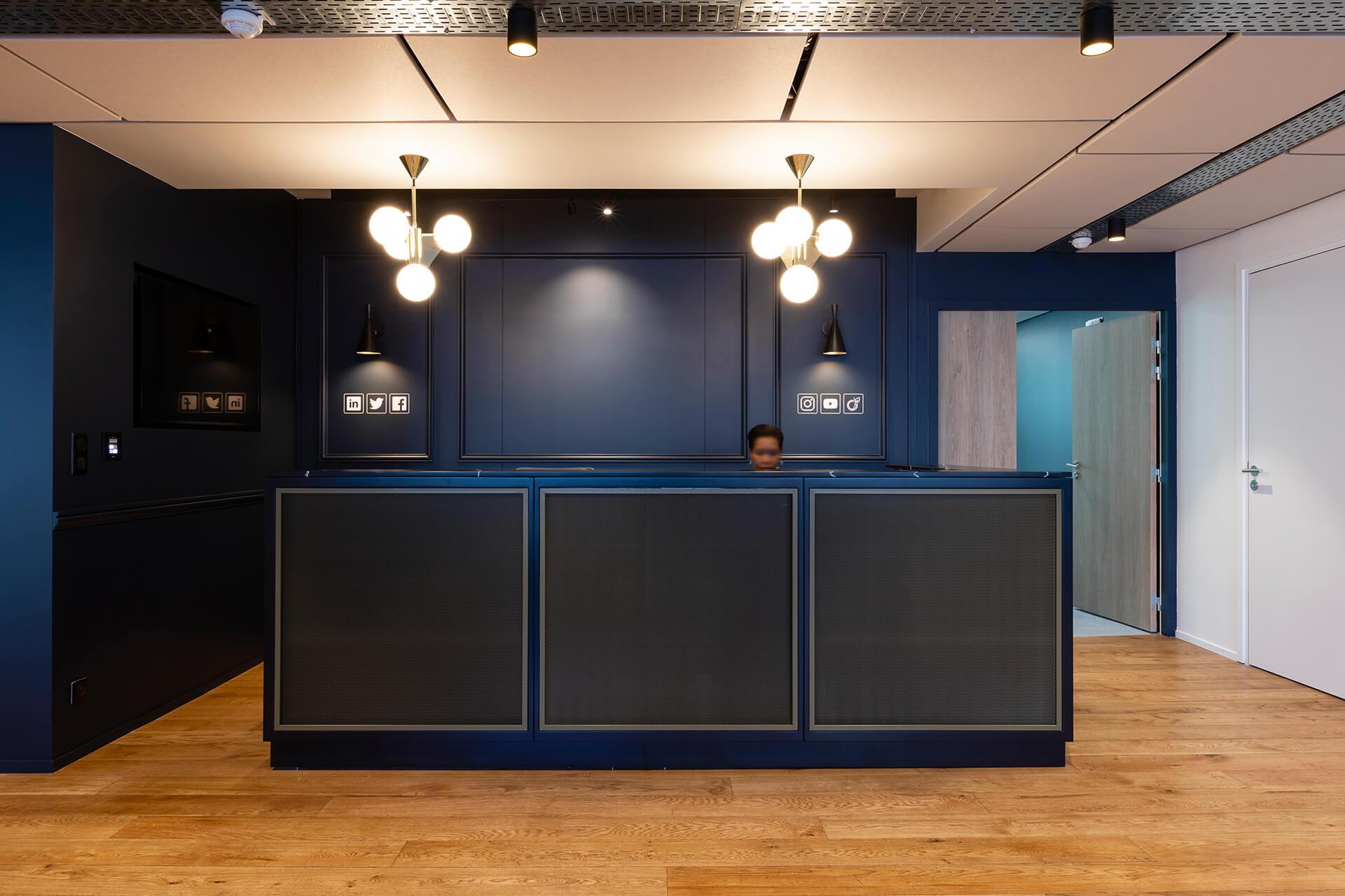 Receção de escritório com mobiliário de luxo escuro