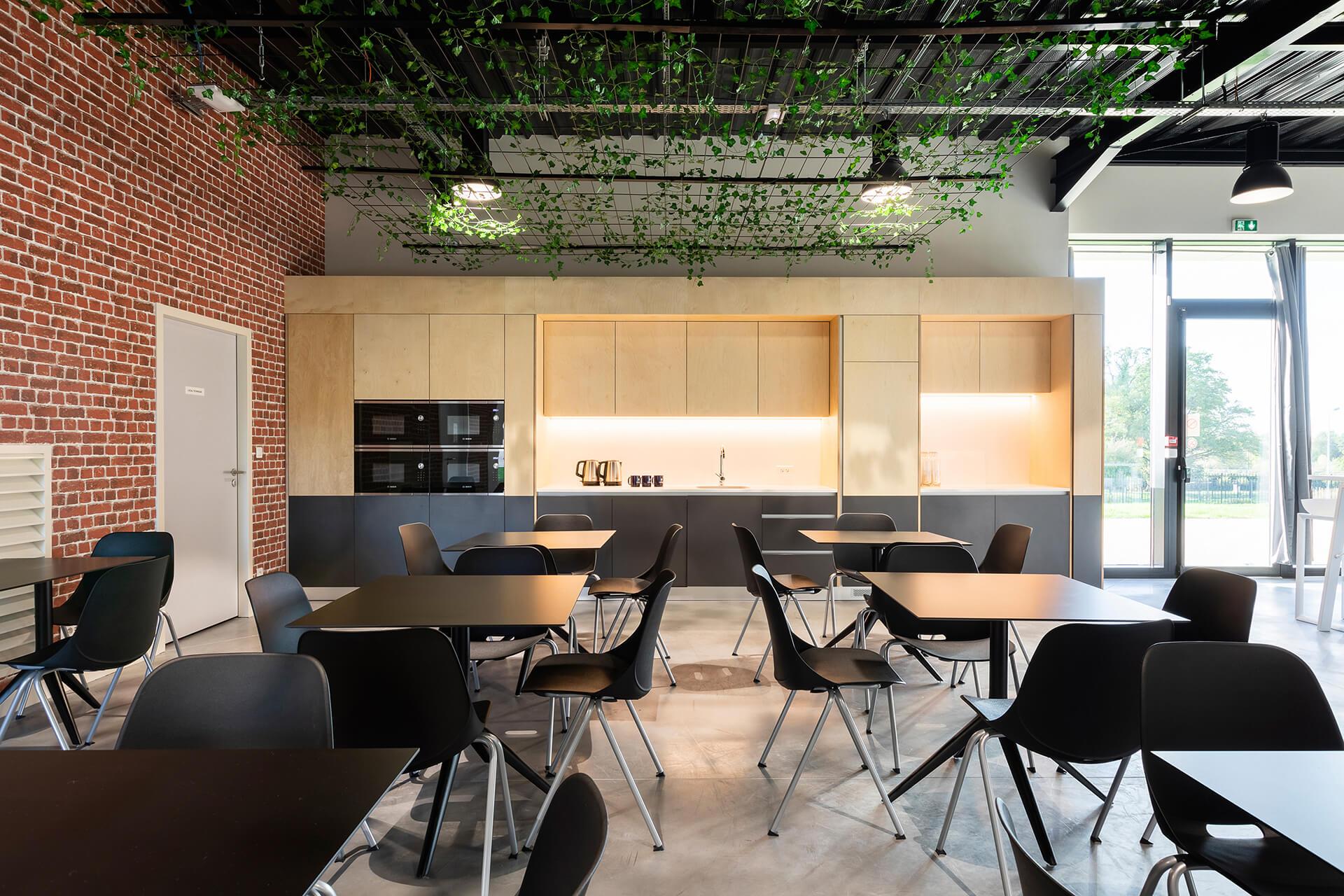 espaço de refeições e convívio de centro de negócios com cozinha e mobiliário em madeira
