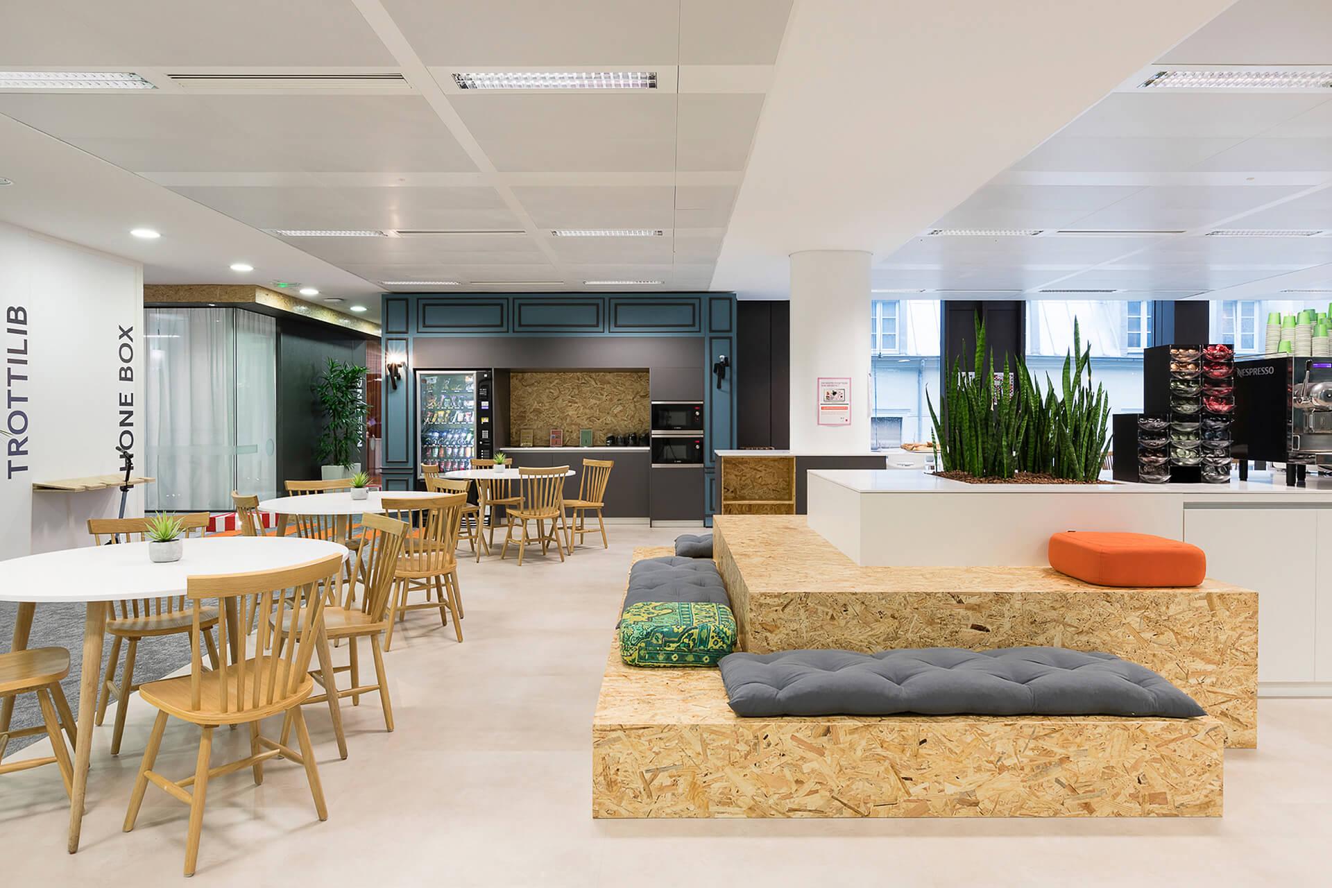 espaço de convivio e lounge com artigos de mobiliário em madeira personalizados