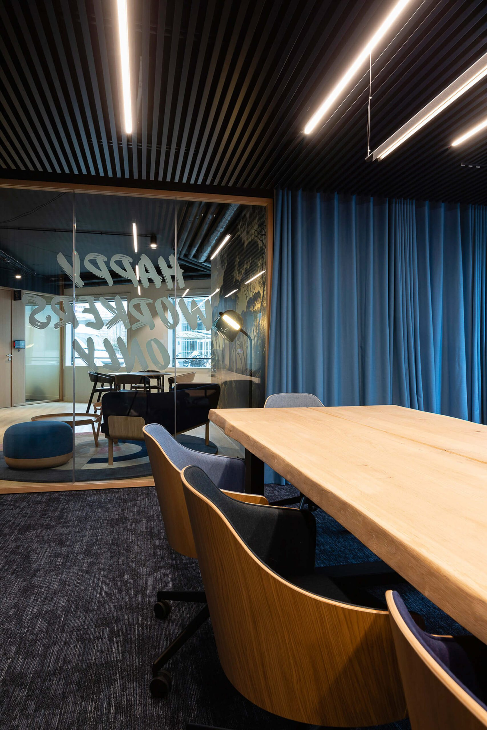 mesa em madeira rústica e paredes forradas a madeira.