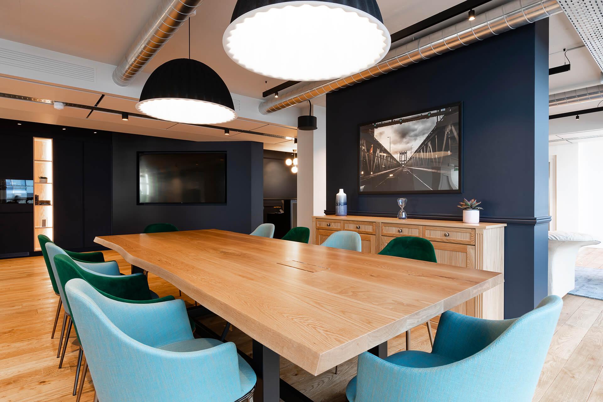 sala de reuniões de centro de negócios com mesa e aparador em madeira