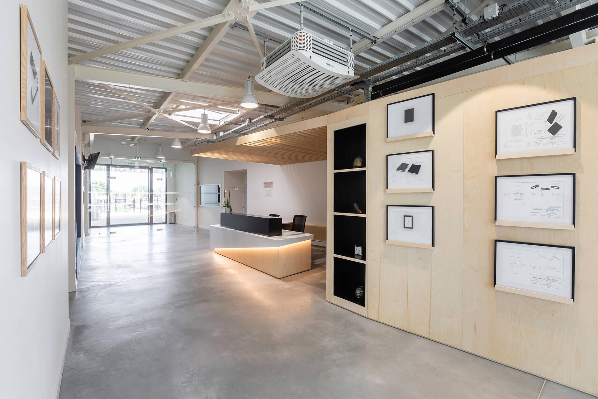receção empresarial com paredes em madeira e molduras