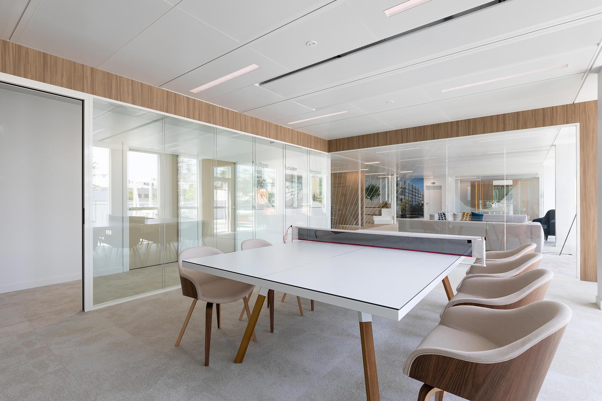 sala de convivio com mesa de ping-pong e cadeiras