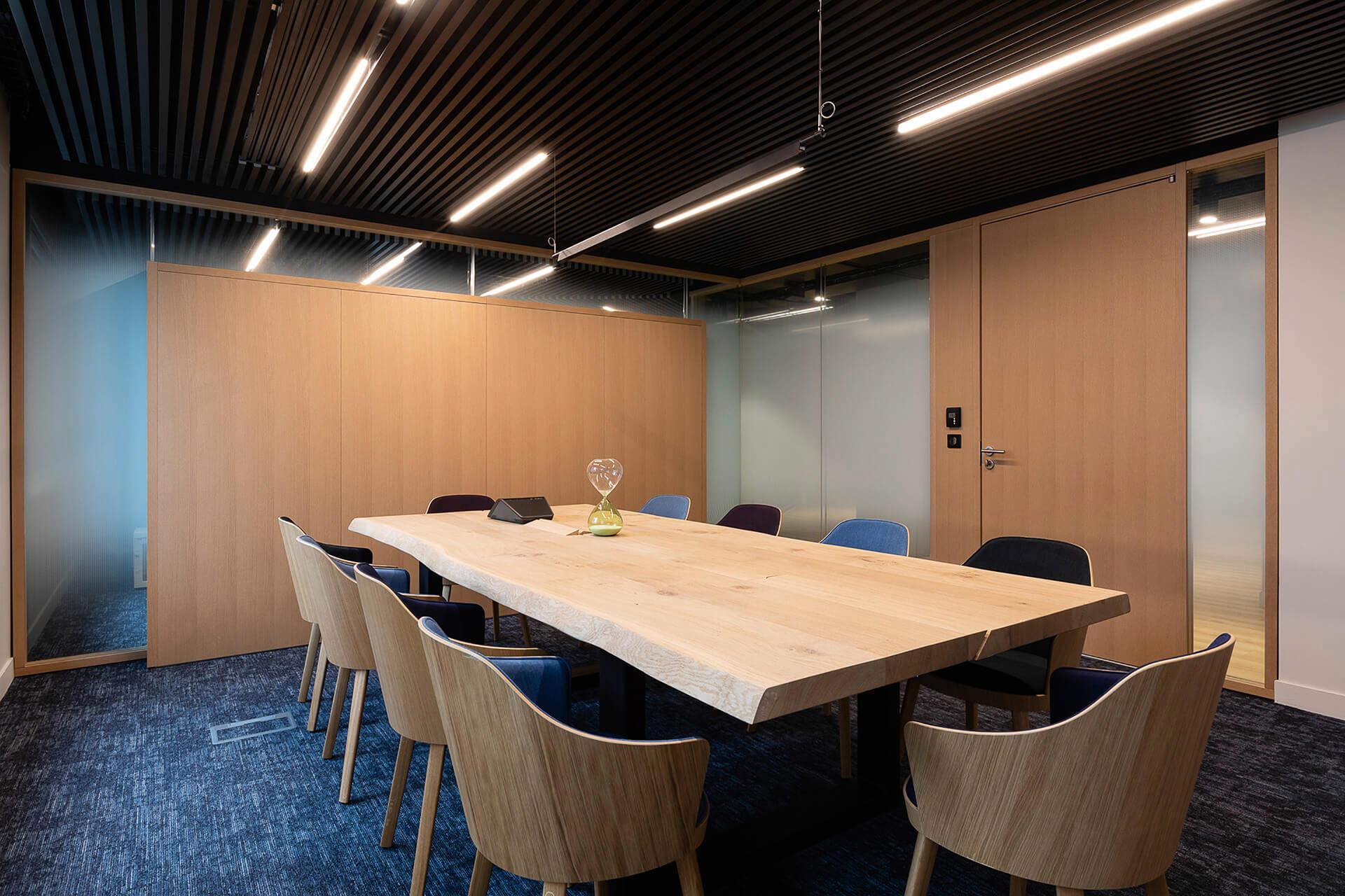 sala de reuniões com peças de mobiliário em madeira