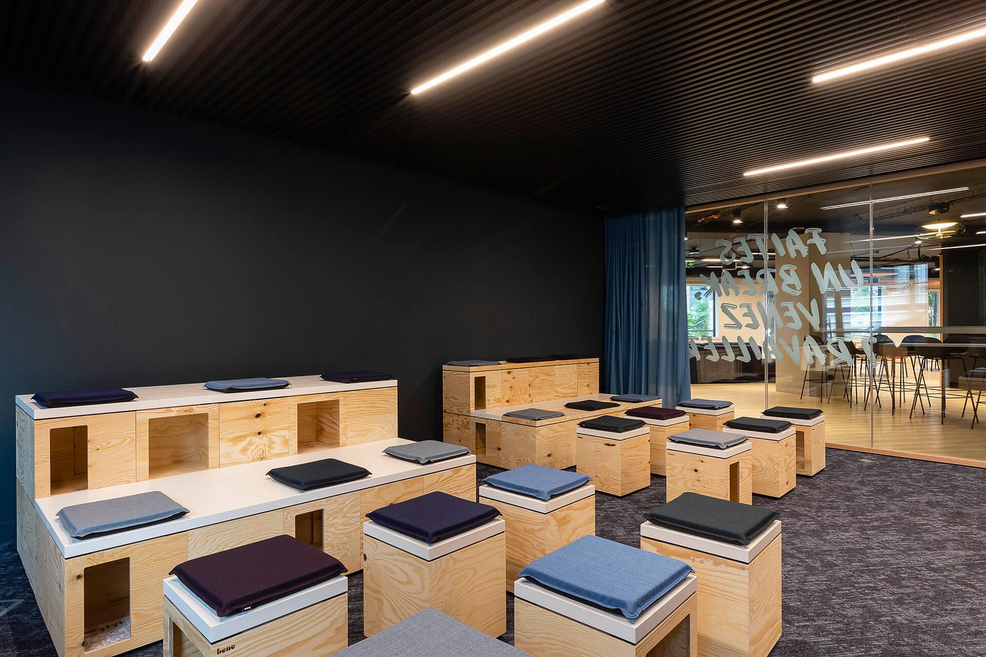 sala de apresentações com bancos de madeira