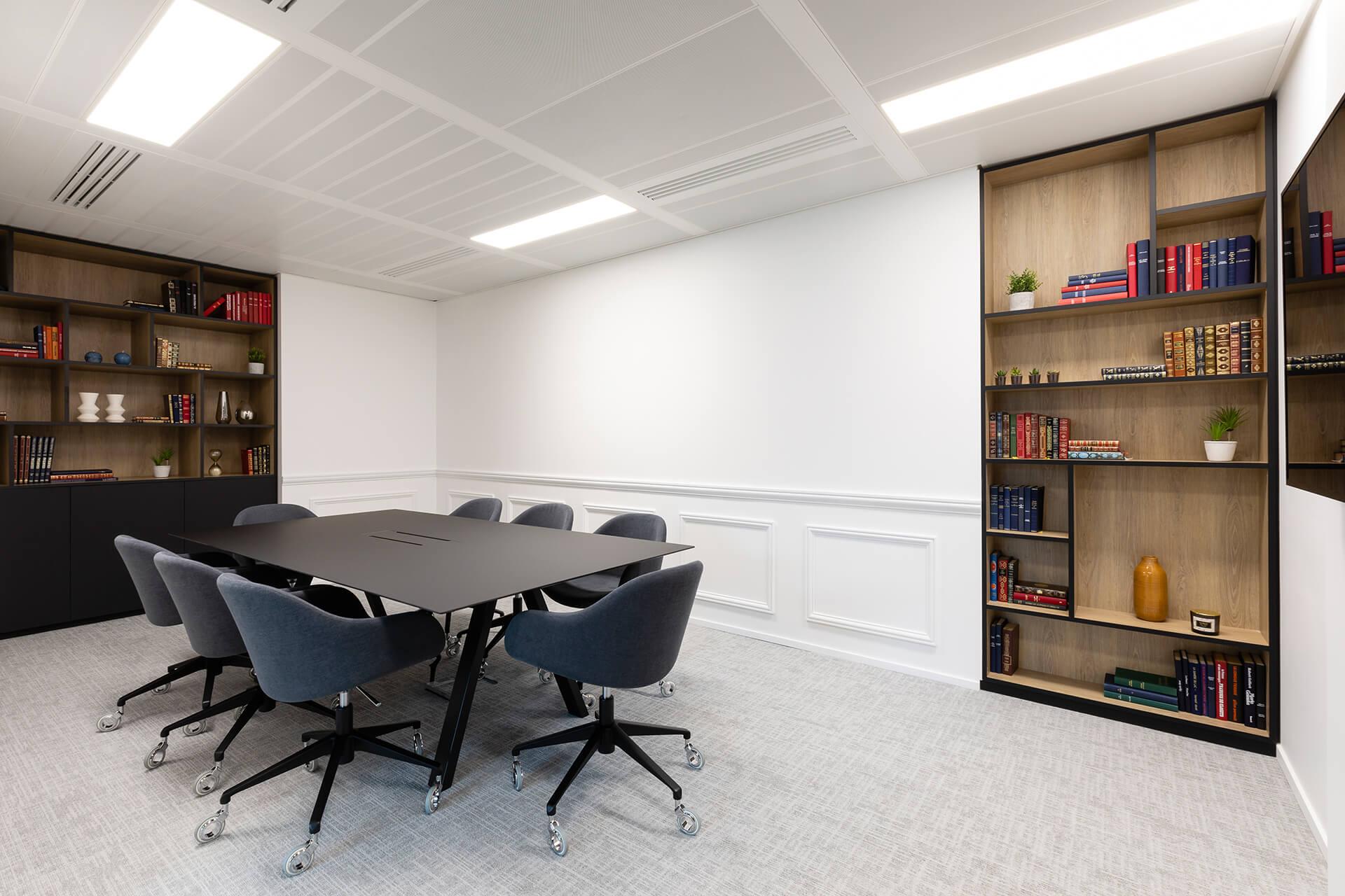 espaço de reuniões de centro de negócios com mobiliário em madeira preta