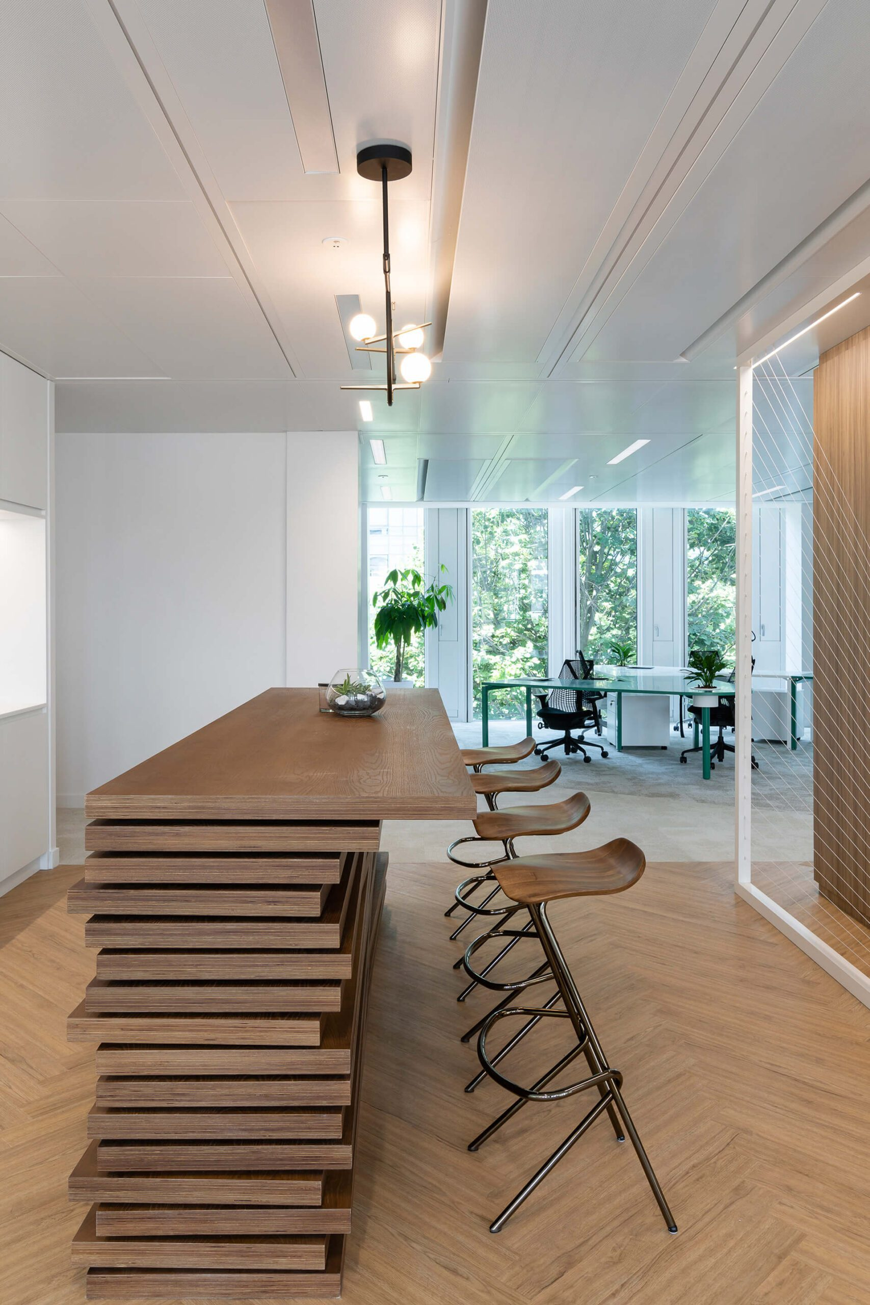 Placas de madeira tratada empilhadas para construção de balcão em espaço de cozinha