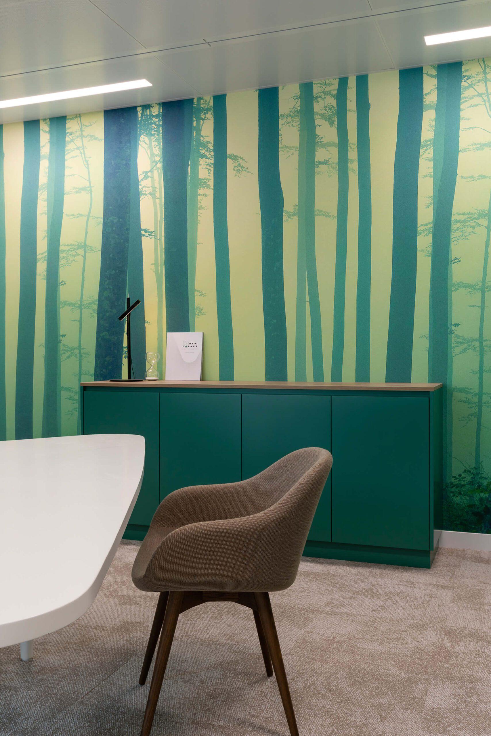 sala zen com aparador verde e cadeira castanha