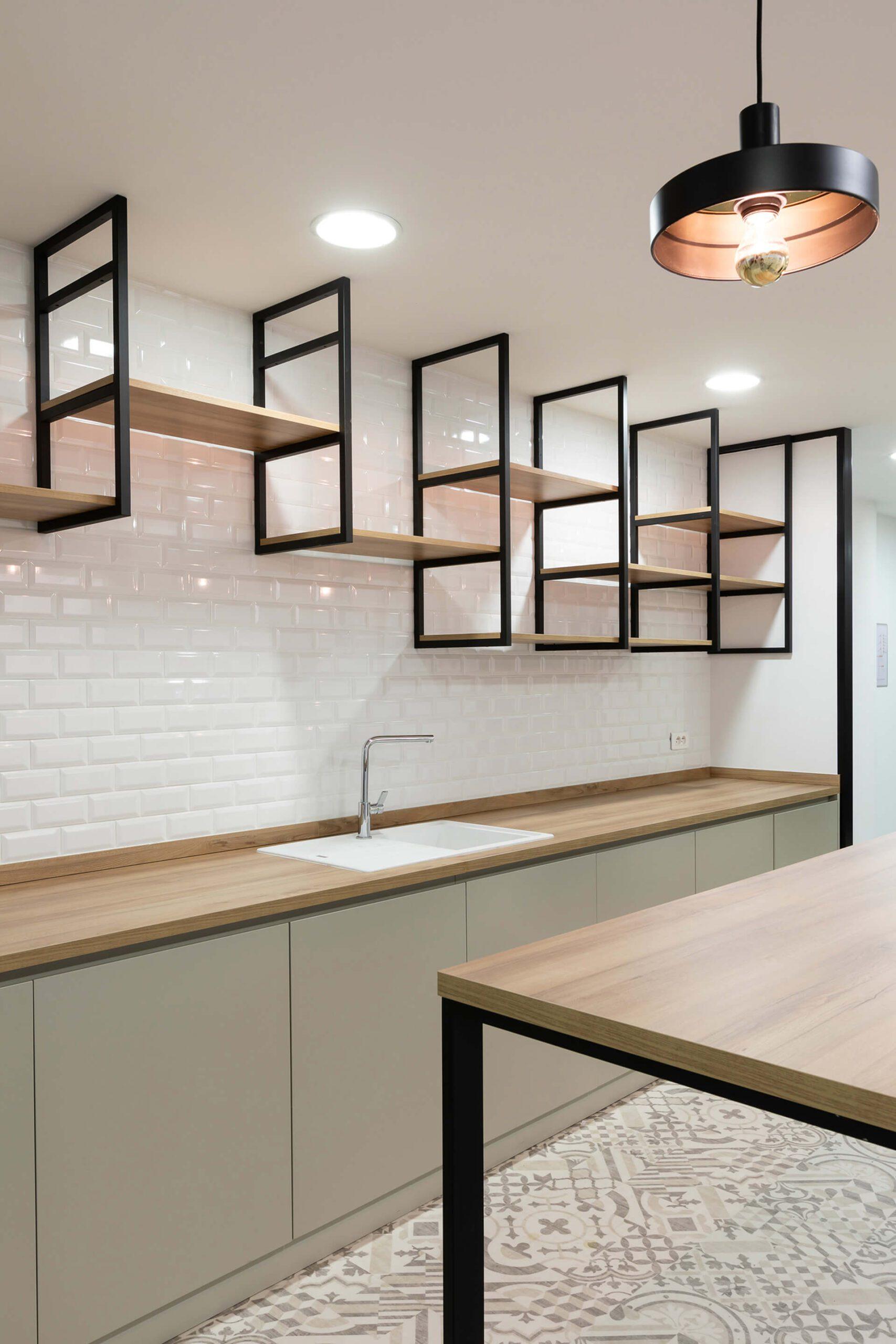 cozinha em madeira escura com prateleiras personalizadas