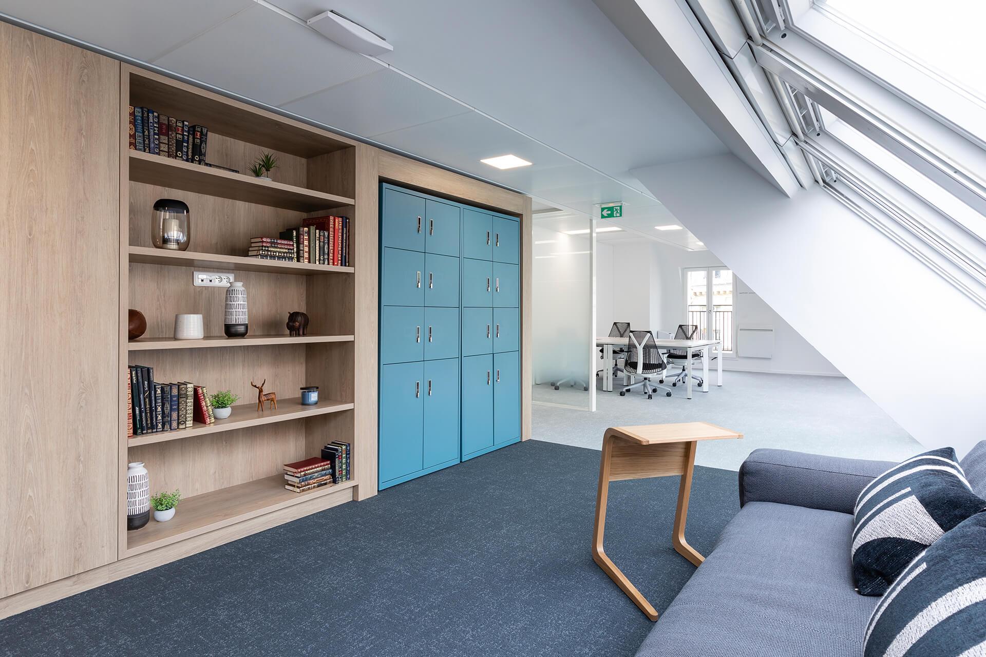espaço lounge em madeira com estantes decoradas e sofá