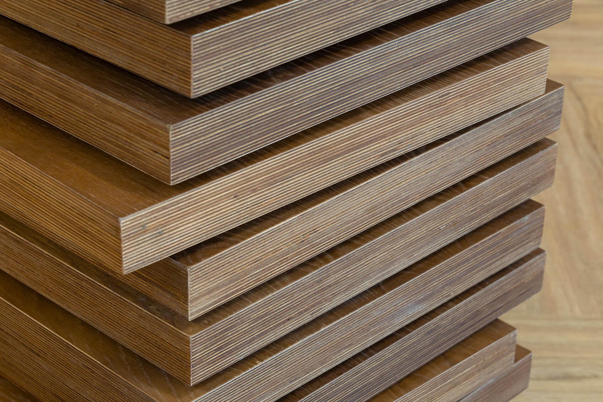 Placas de madeira tratada empilhadas, para produção personalizada