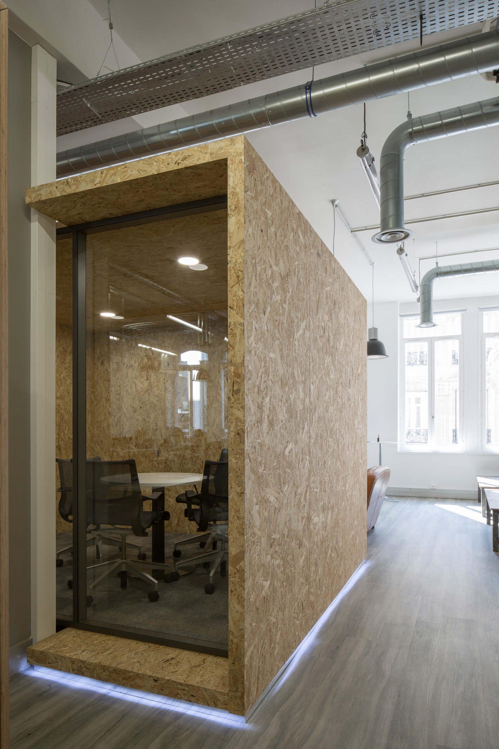 escritório com paredes em madeira