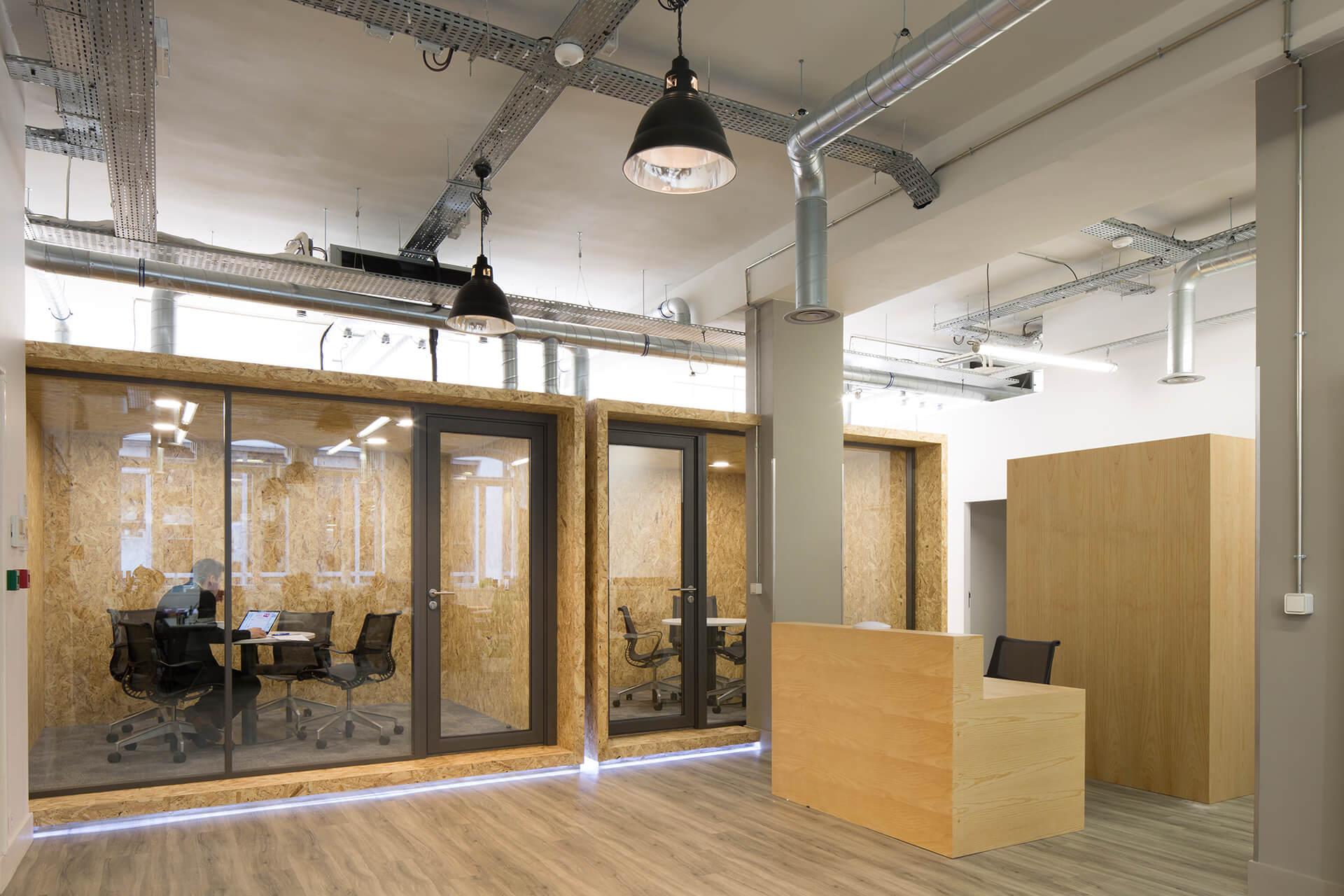 escritórios de centro social com paredes, balcão, armário e acabamentos em madeira