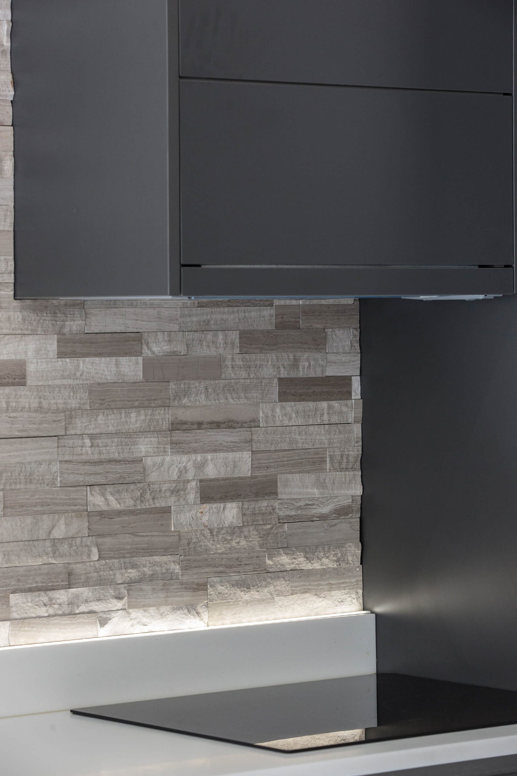 pormenor cozinha preta com retroiluminação