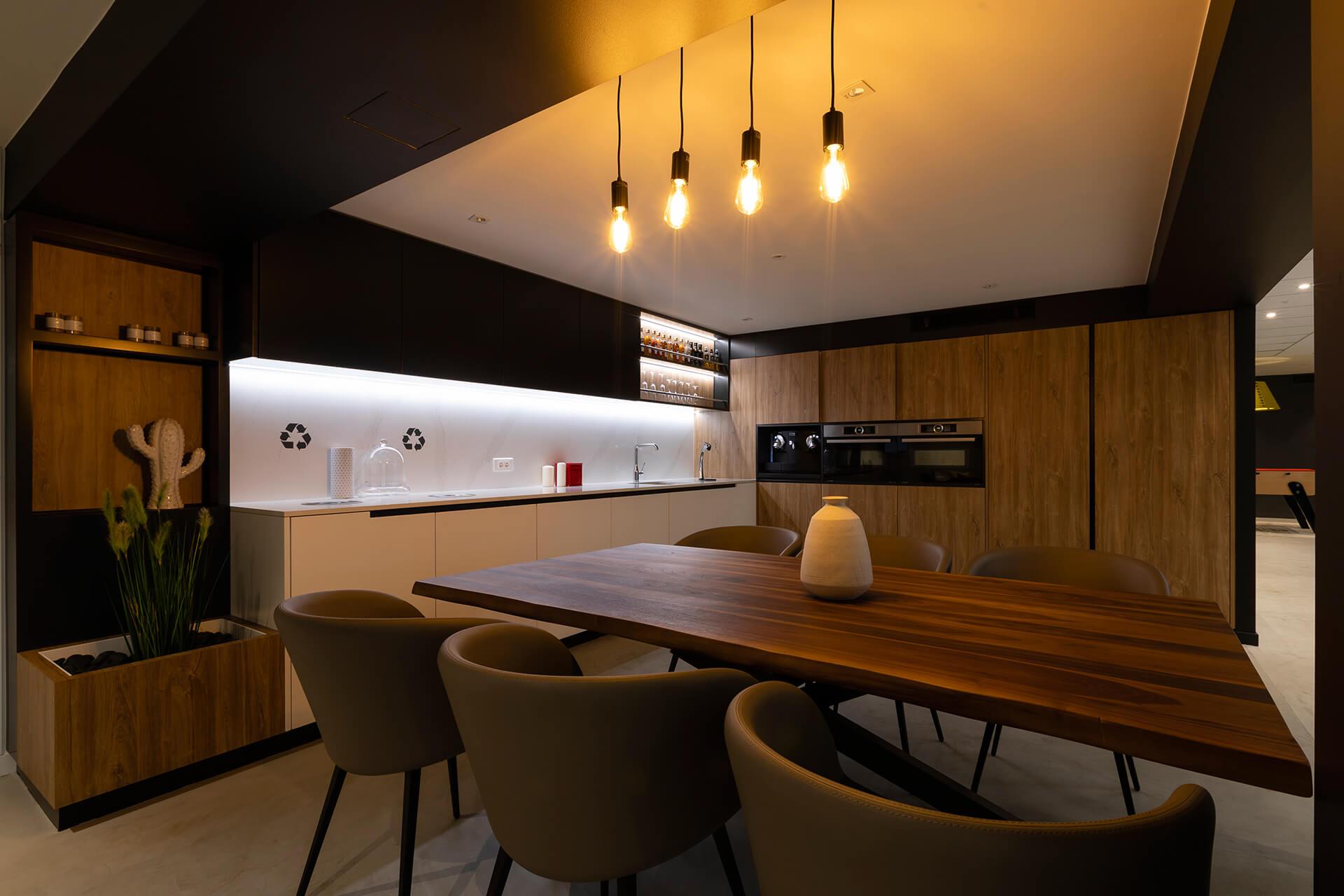 cozinha e área de lazer com armários, mesa e acabamentos em madeira