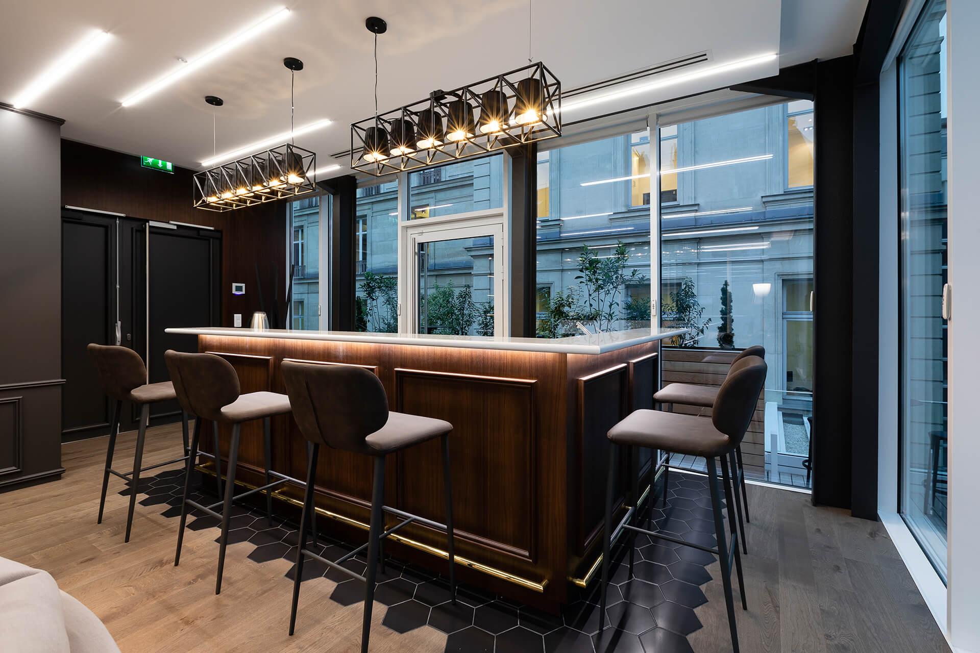 mesa com base em madeira e cadeiras altas de espaço de consultoria e negócios