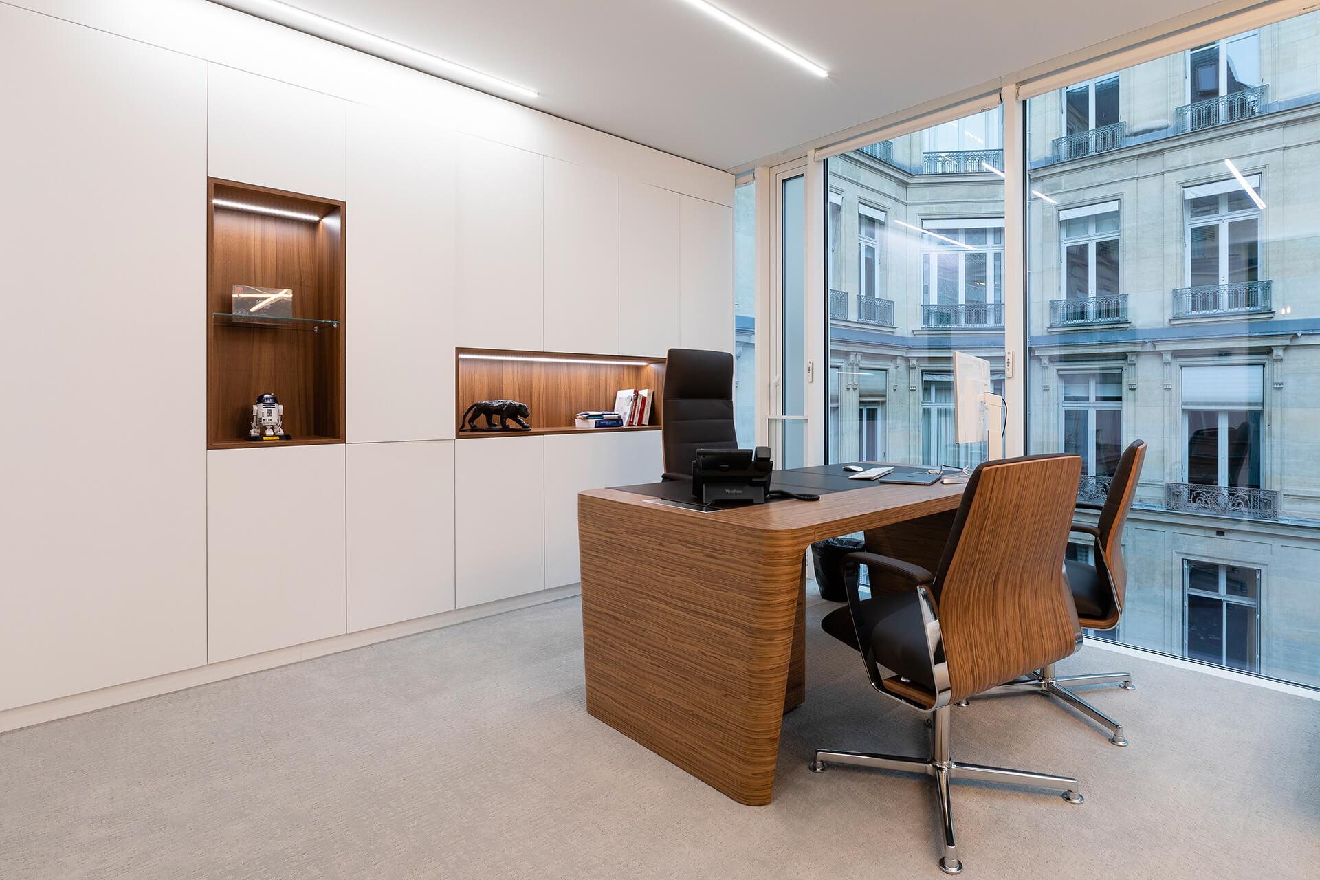 escritório com mesa, cadeiras e estantes em madeira premium