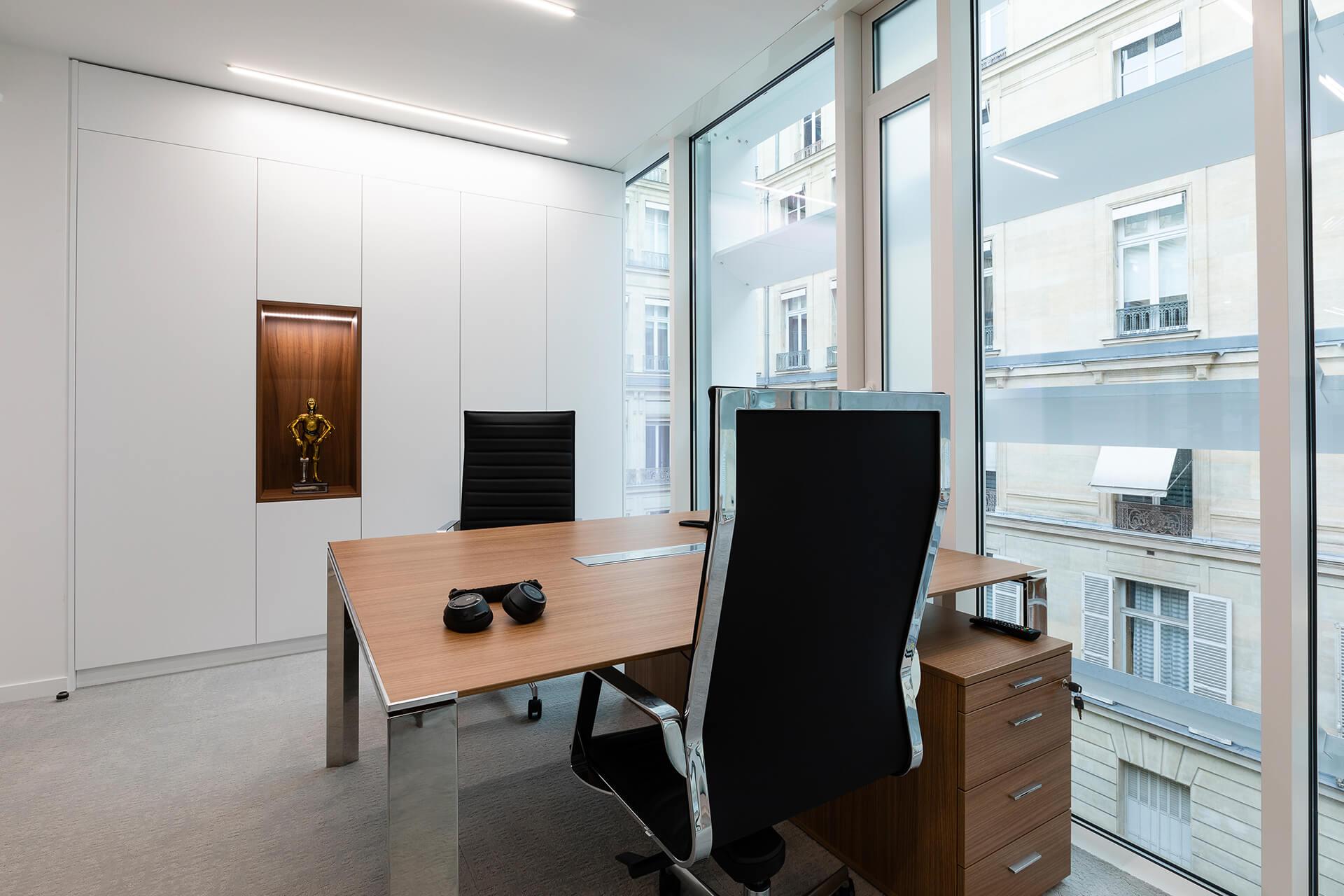 escritório com mesa e estante em madeira