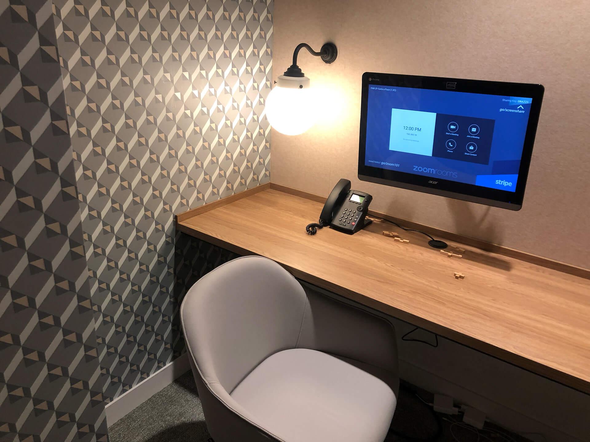 escritório com mesa em madeira e papel de parede retro