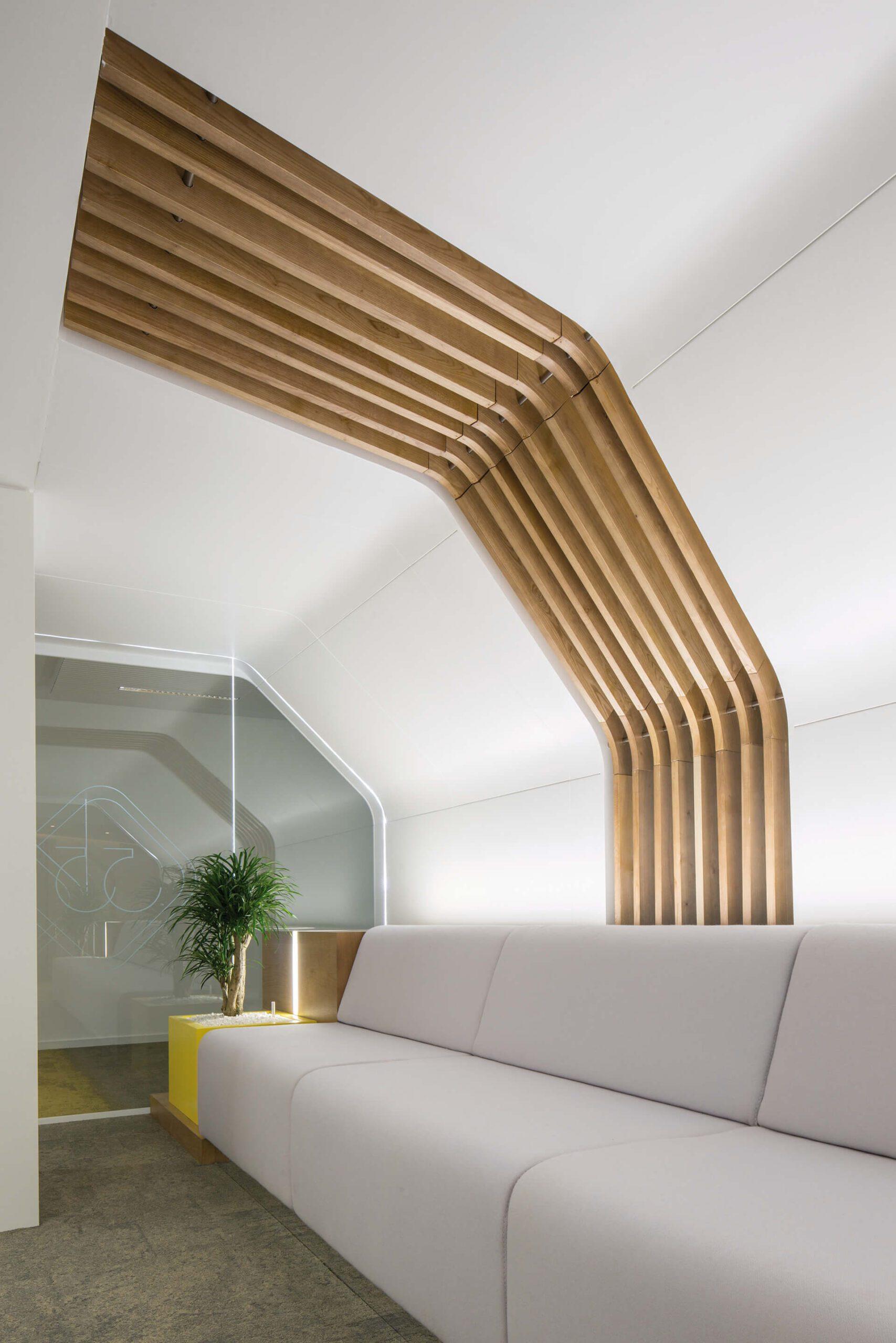 teto decorado com ripes de madeira