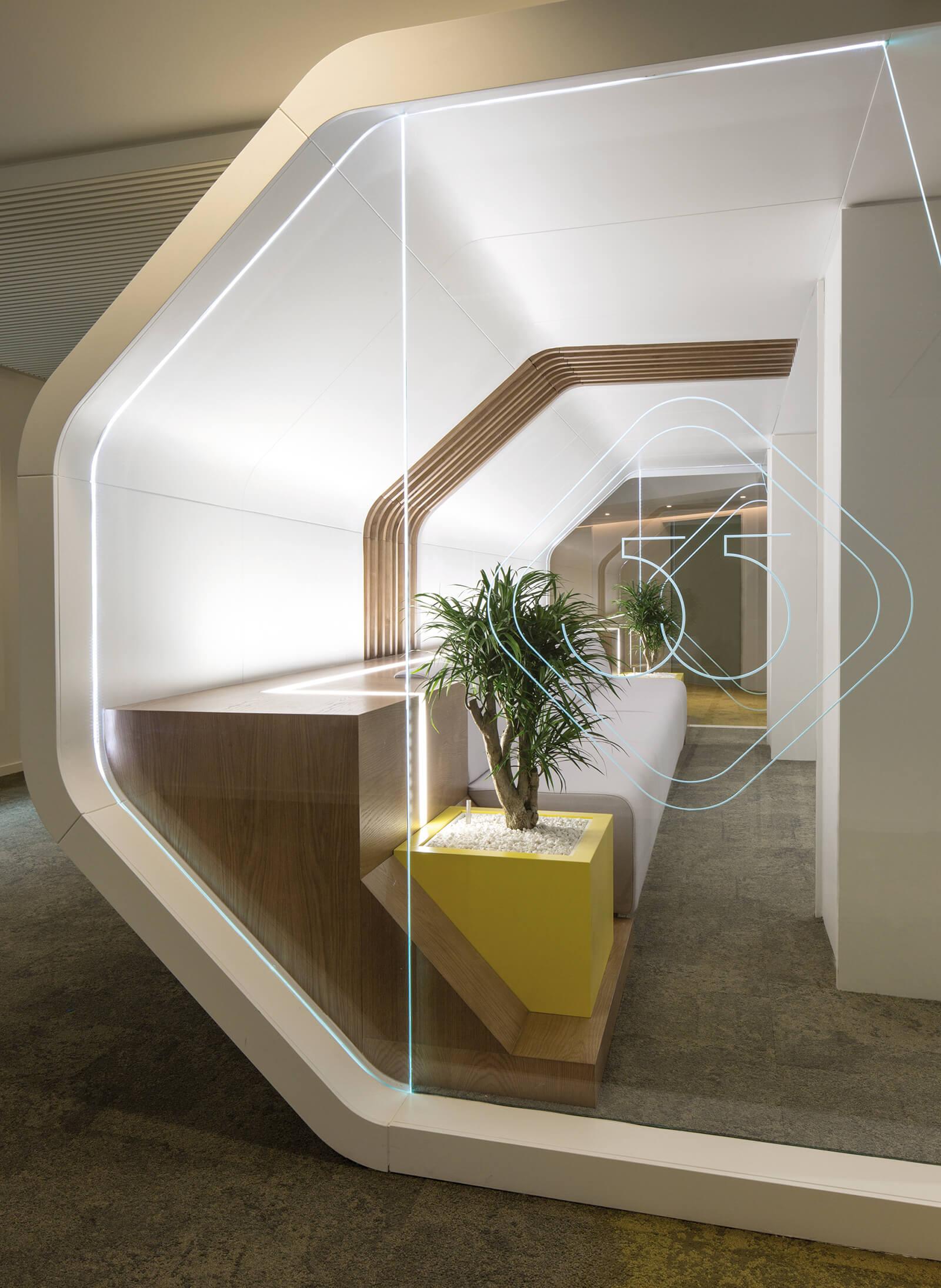 espaço imobiliario decorado em madeira