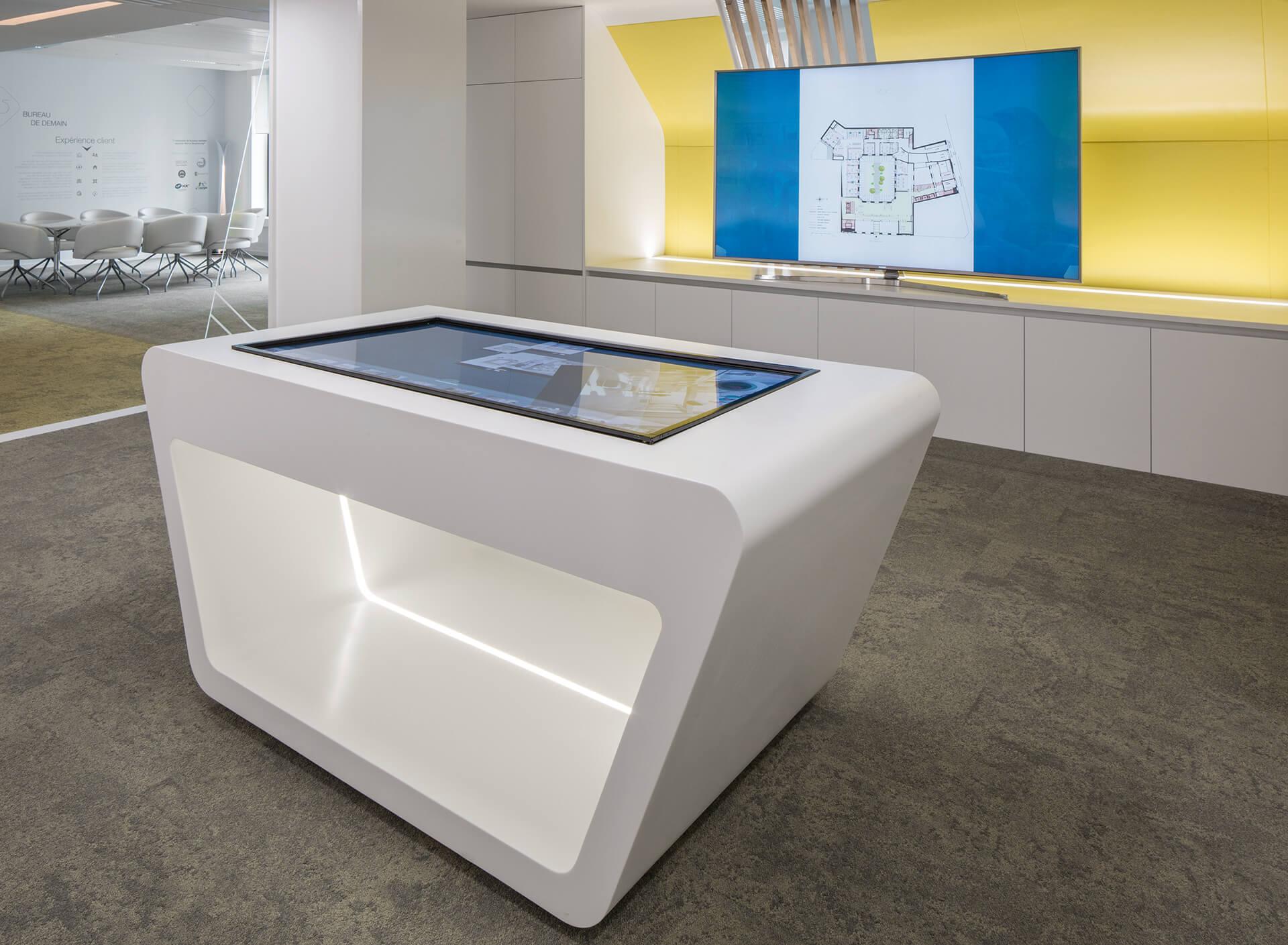 móvel com ecrã embutido e armários de parede