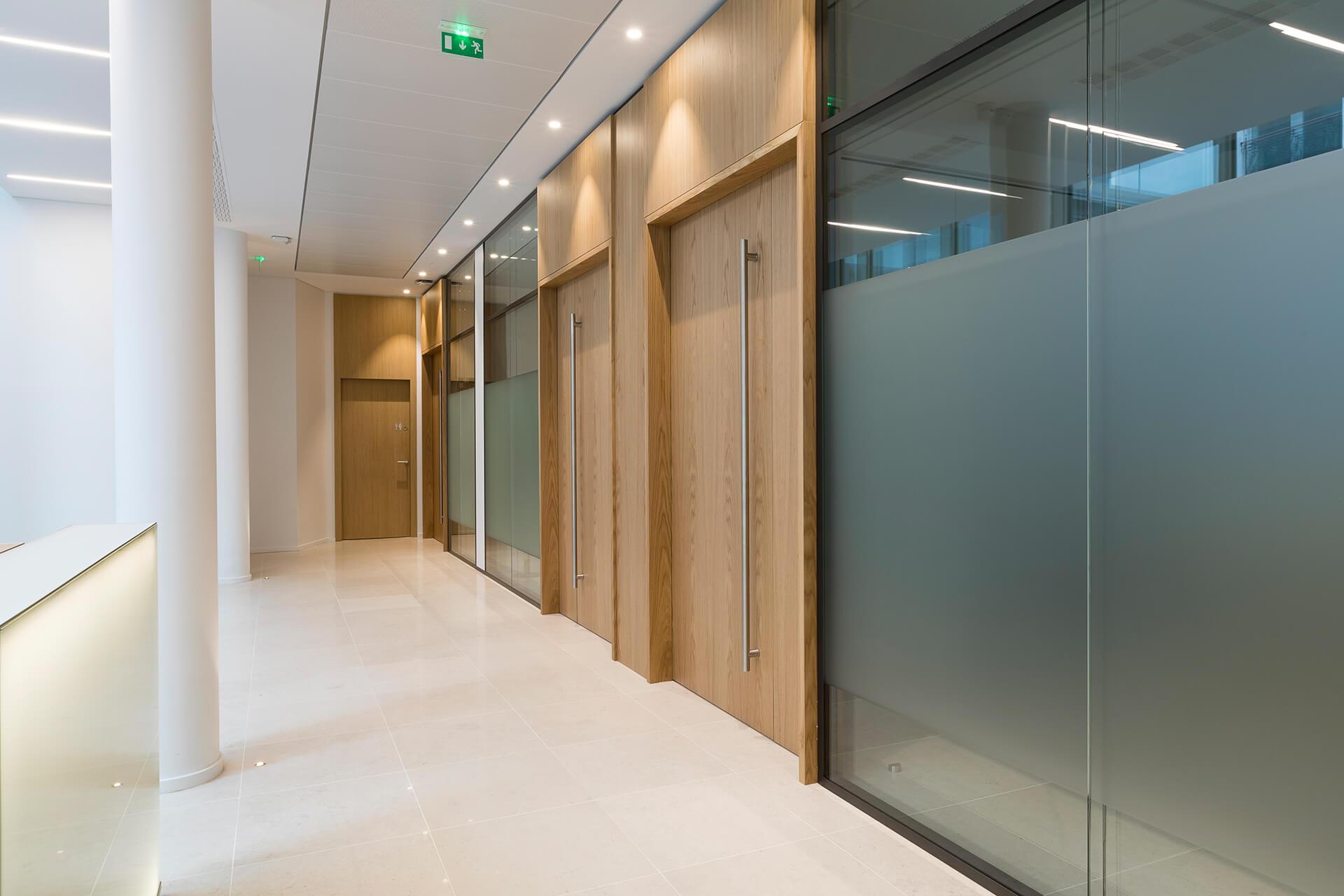 portas de entrada em madeira com puxador de aluminio