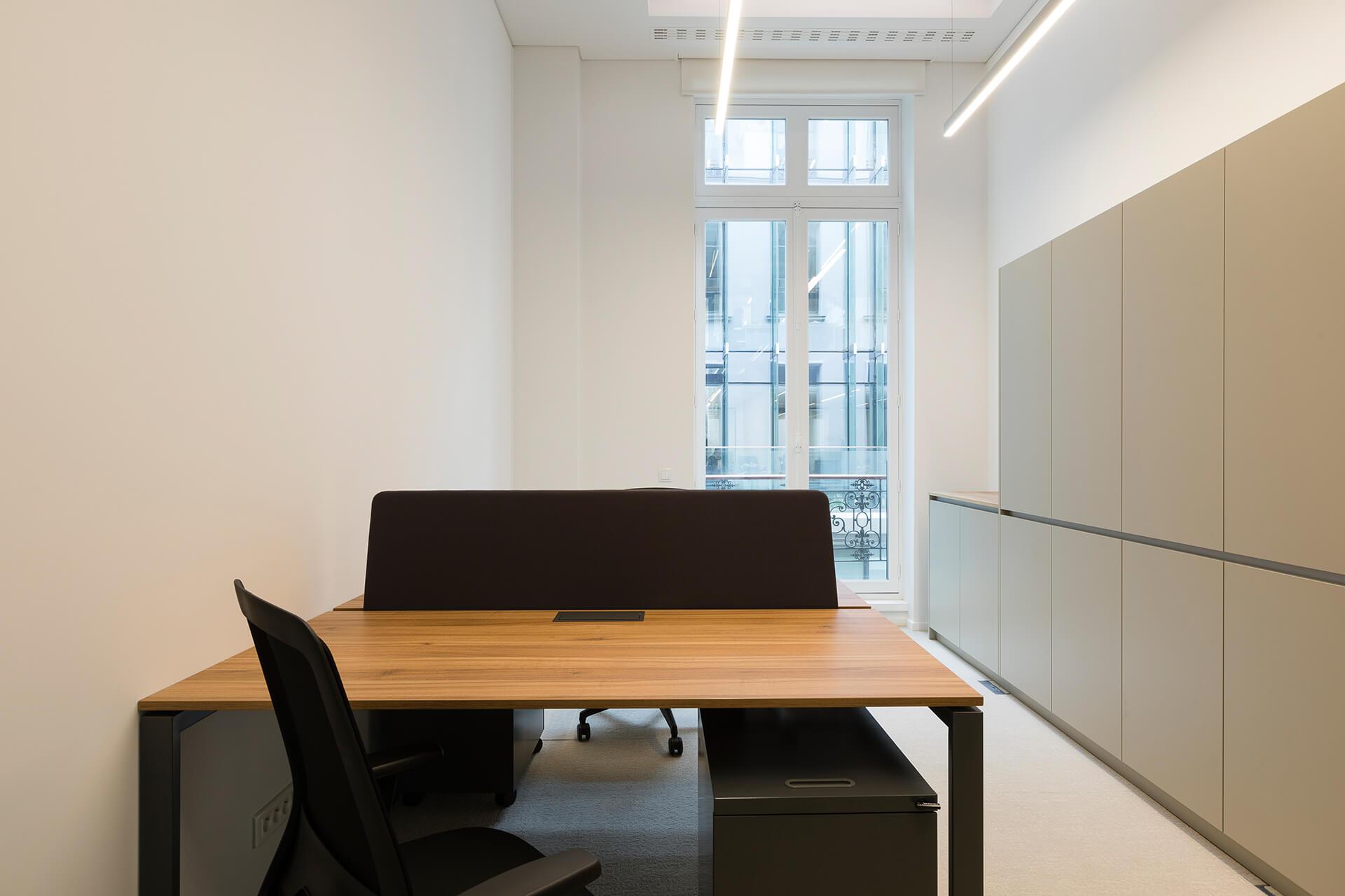 espaço notário de trabalho preto e madeira