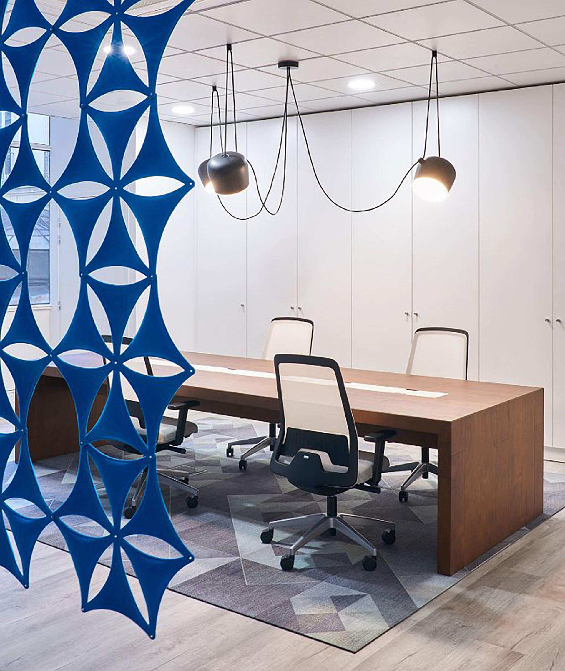 Sala de reunião com móveis contemporâneos