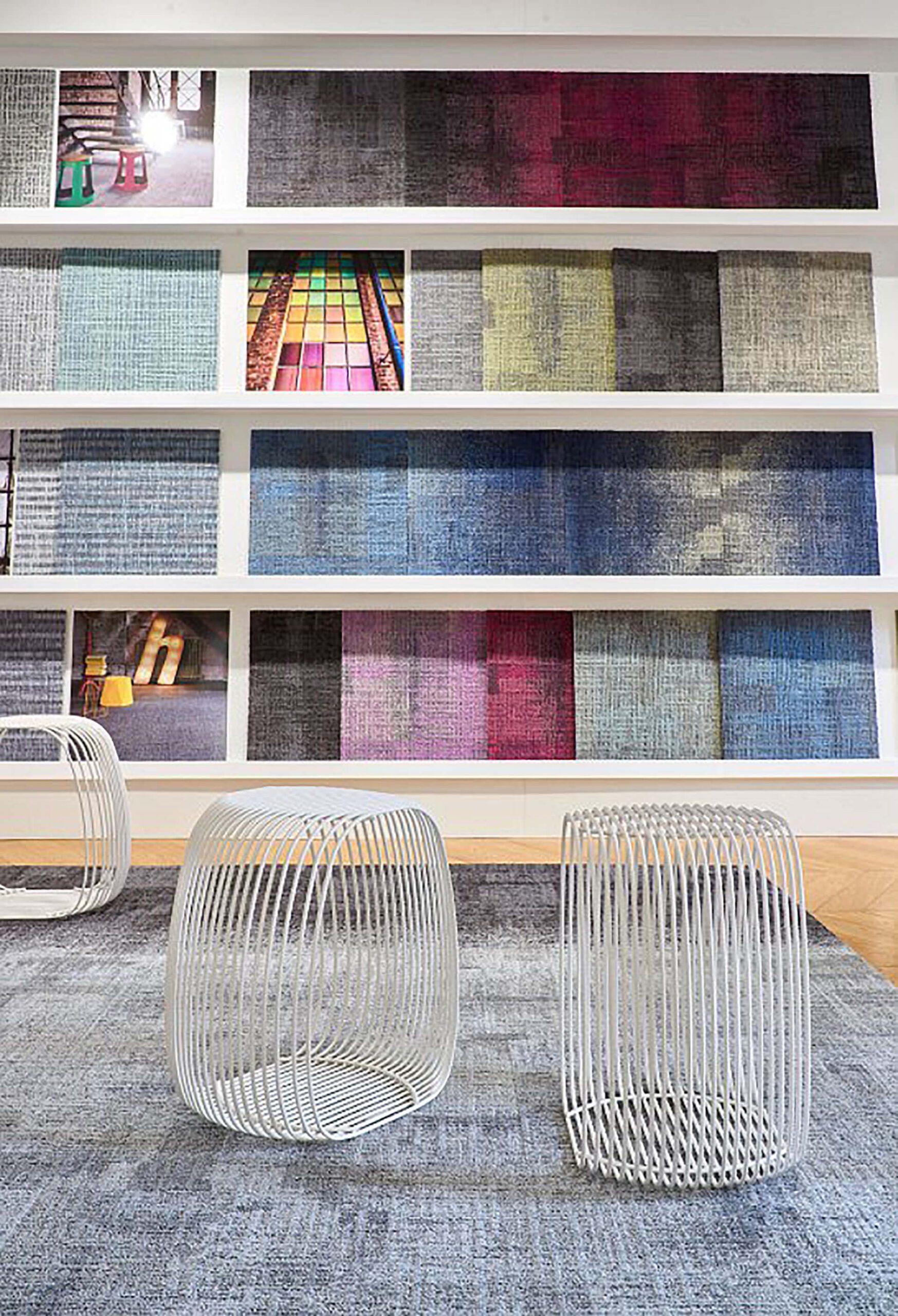 espaço de têxteis com mobiliário para apresentação de amostras