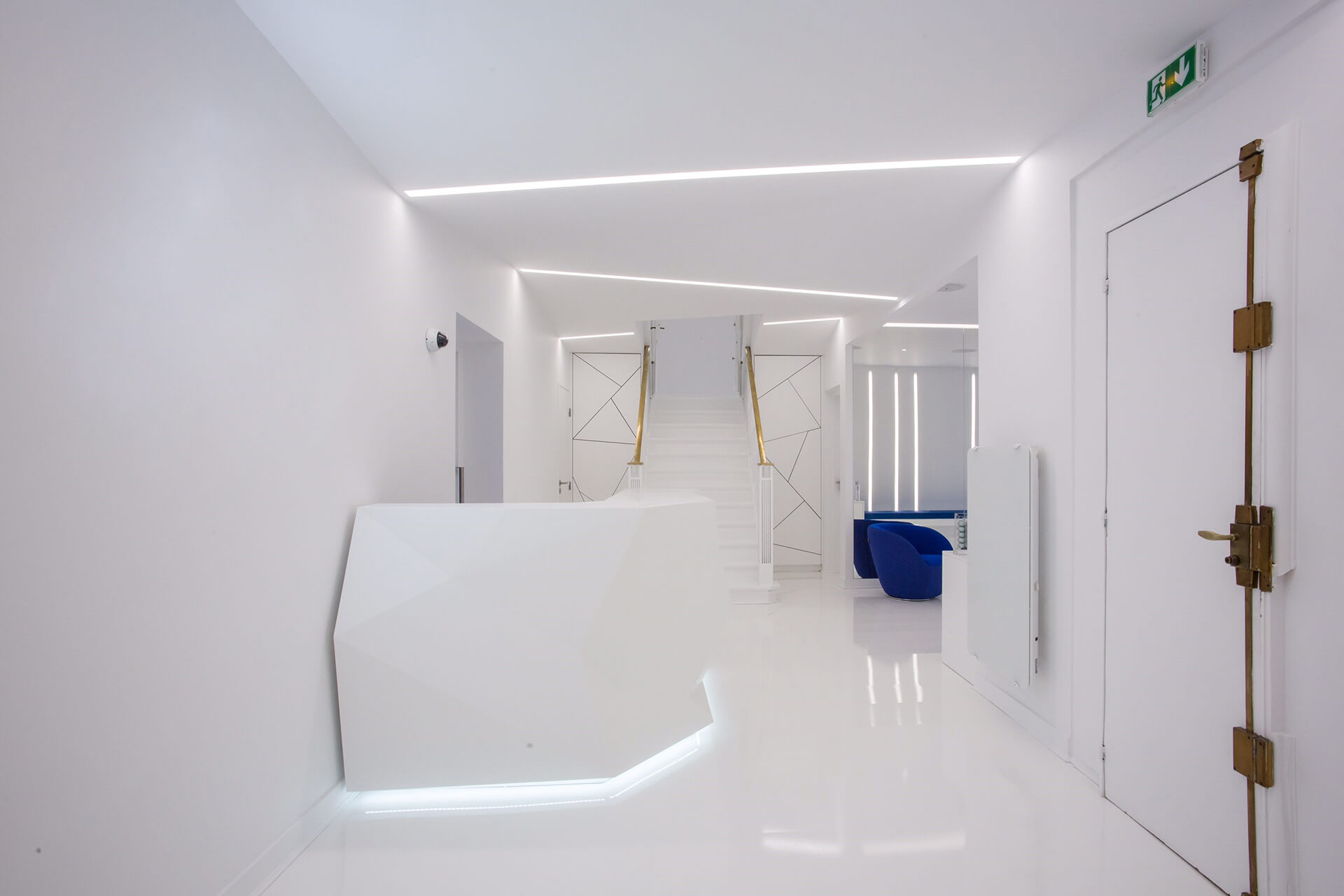 espaço de crioterapia mobília branca e design de produto