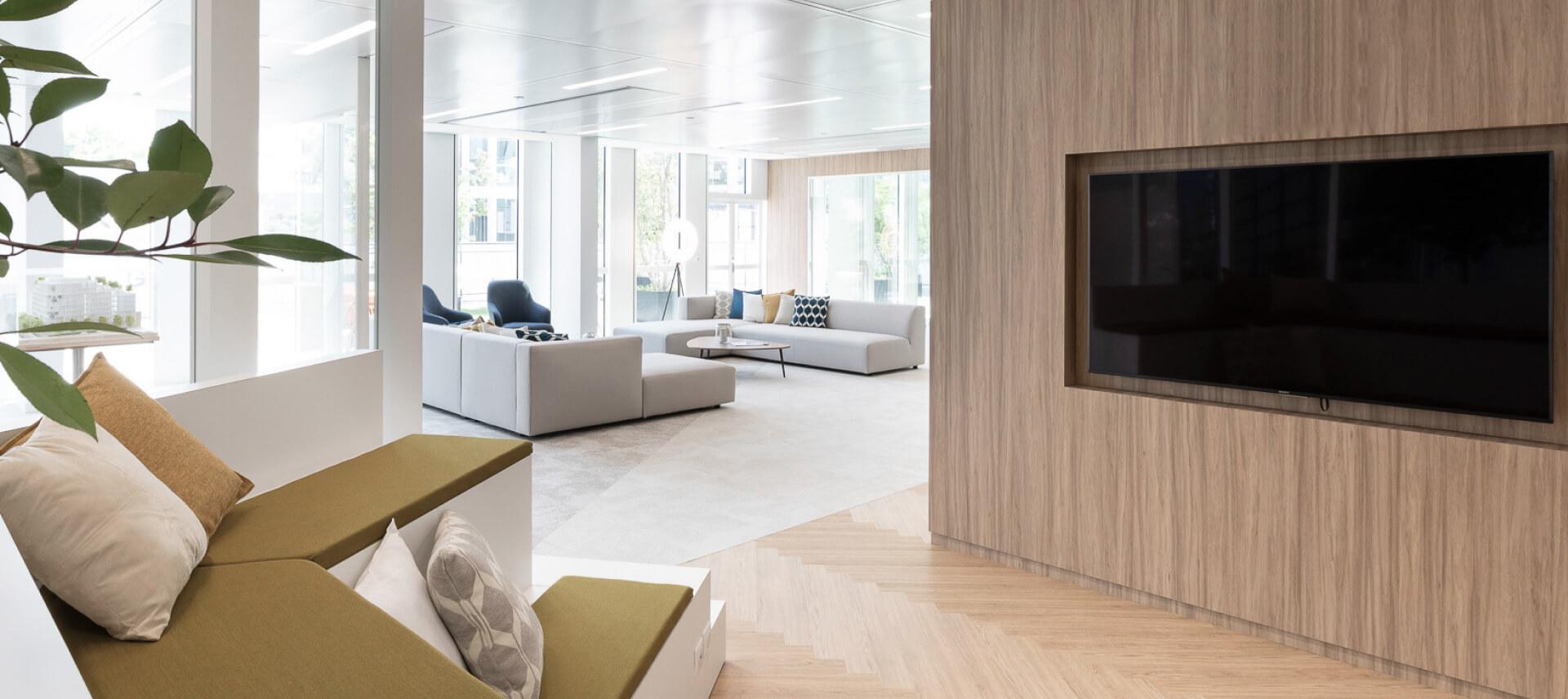 sala de estar com lareira ou recuperador forrado a madeira