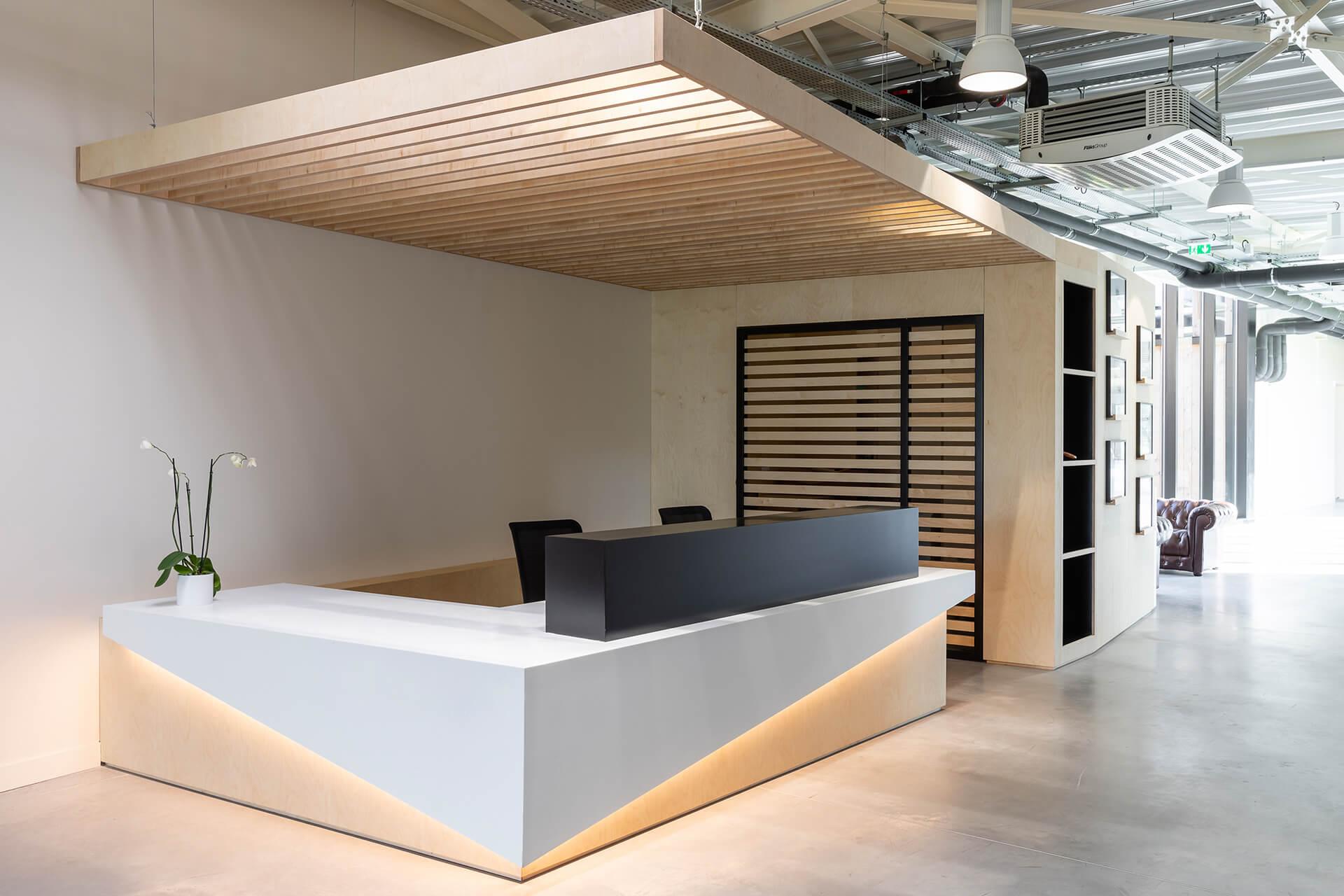 espaço de receção em madeira - projeto krion